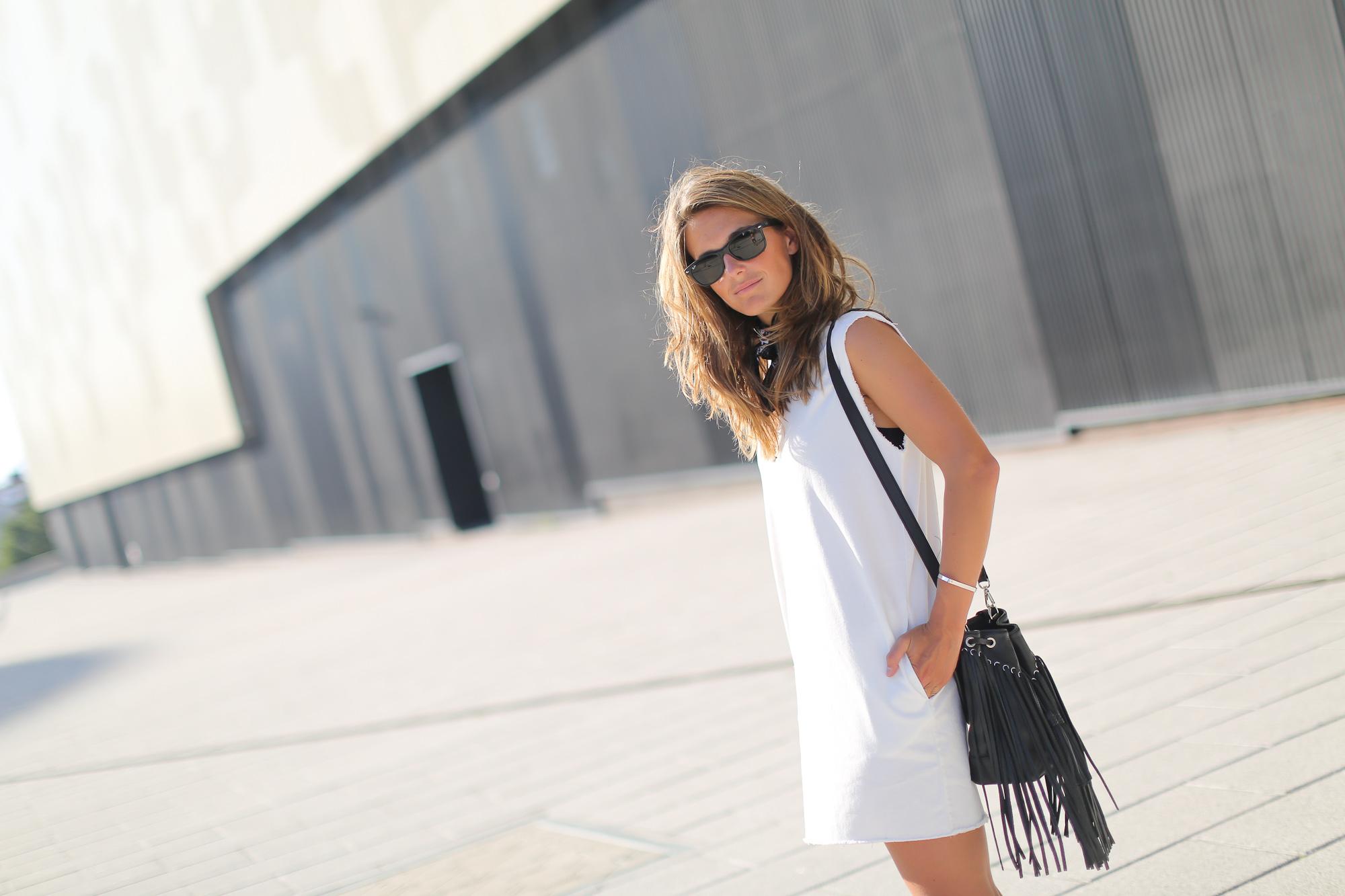 Clochet_streetstyle_maje_suede_fringed_jacket_bimbaylola_denim_white_dress-3