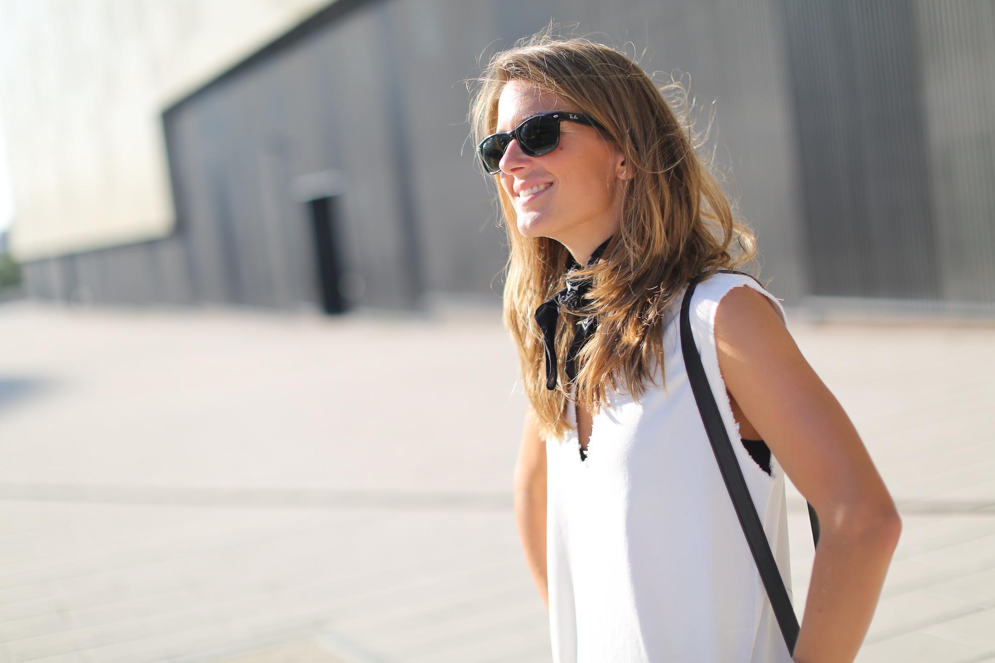 Clochet_streetstyle_maje_suede_fringed_jacket_bimbaylola_denim_white_dress-4