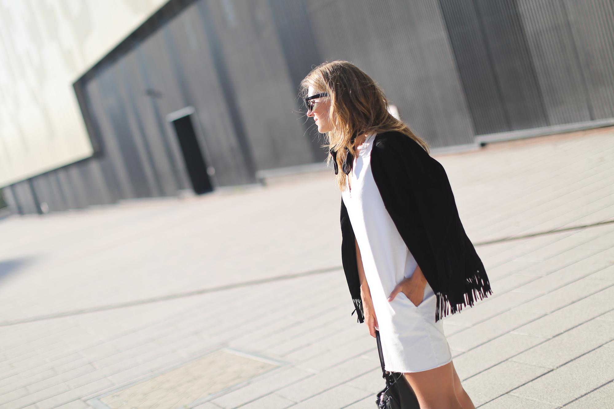 Clochet_streetstyle_maje_suede_fringed_jacket_bimbaylola_denim_white_dress