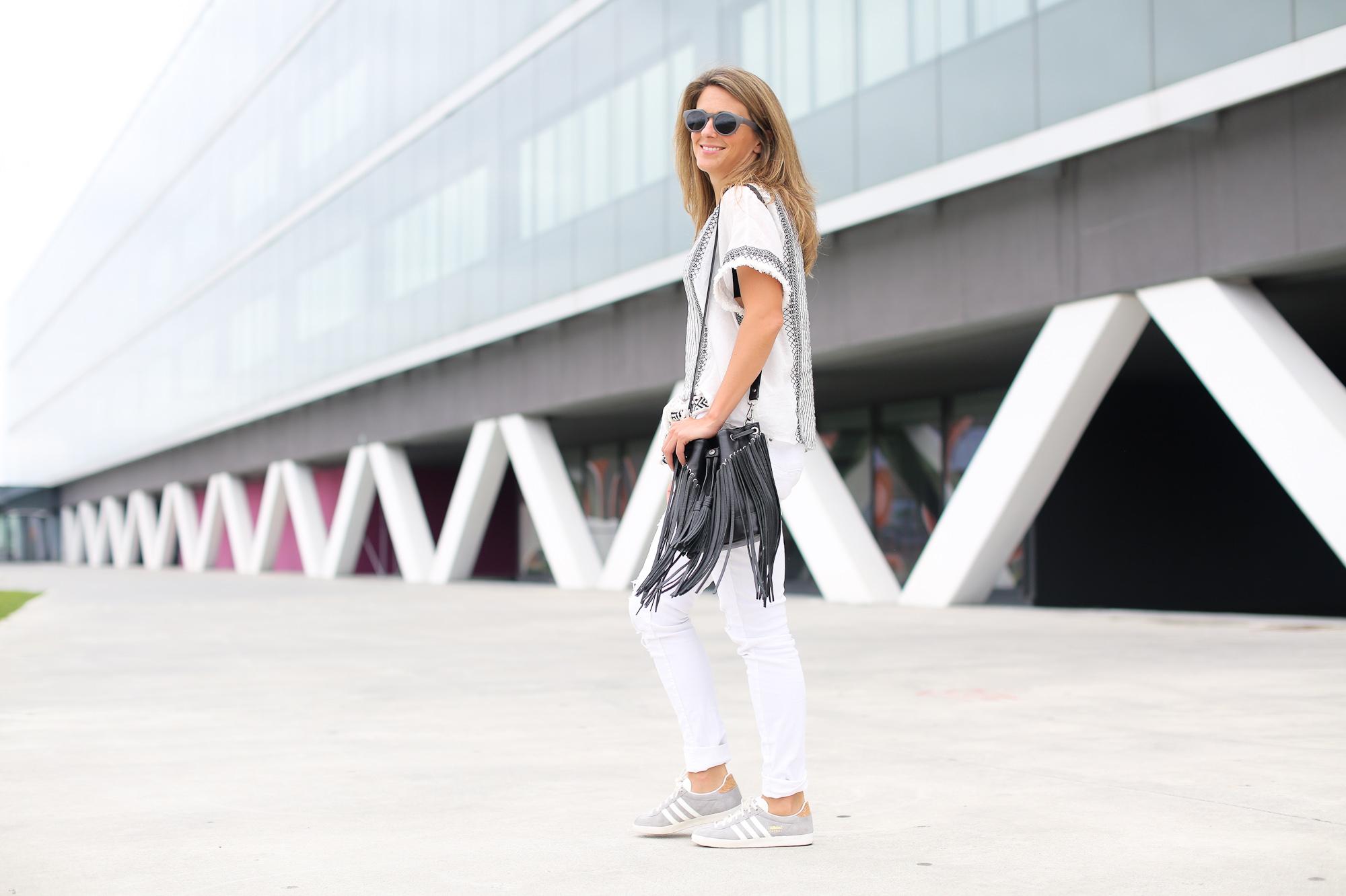 Clochet_streetstyle_zara_boho_top_vintage_grey_adidas_gazelle_leztinstreet_sandro_fringed_anik_bag-10