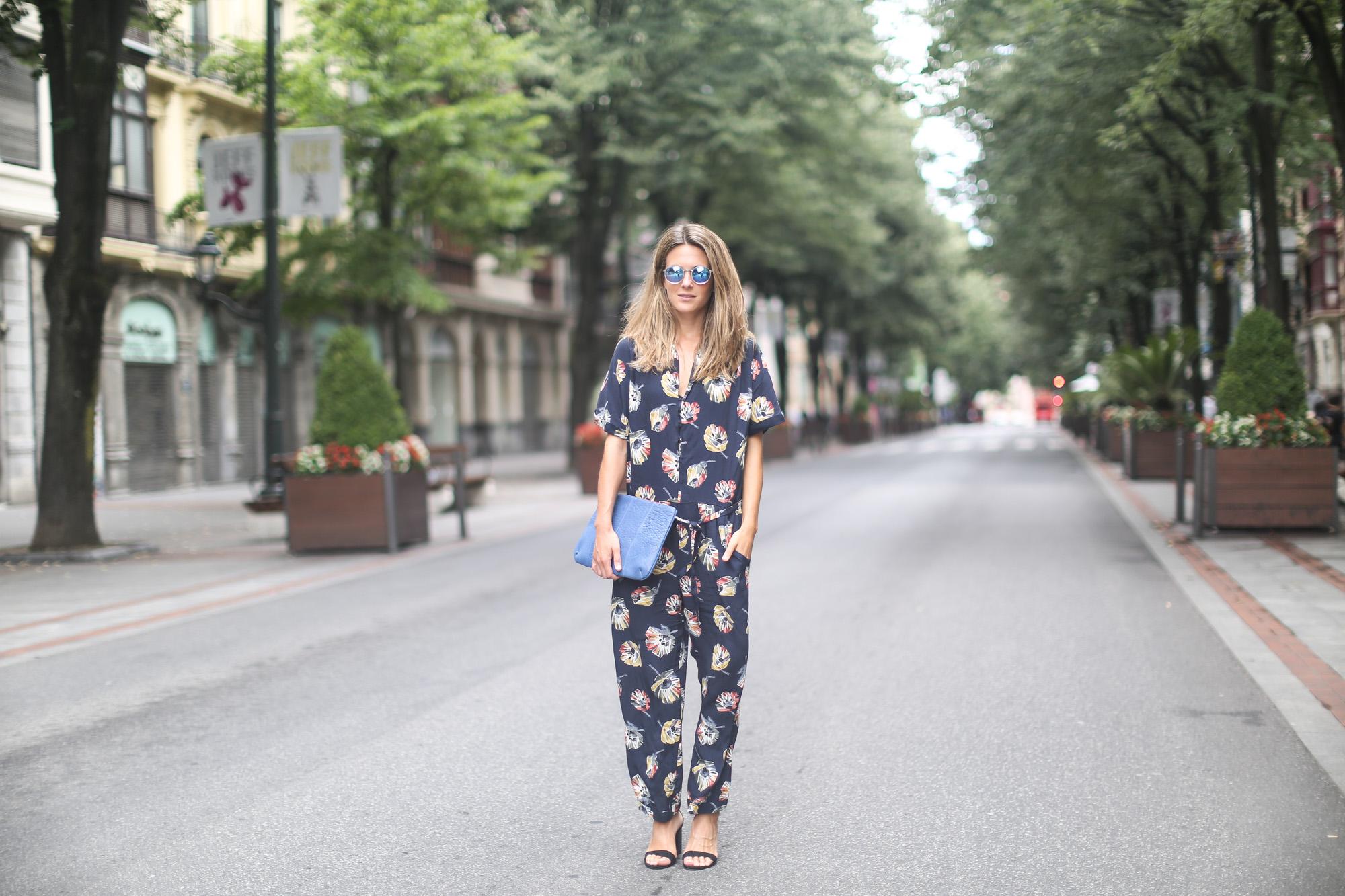 Clochet_streetstyle_zara_floral_jumpsuit_artemisia_leather_clutch-2
