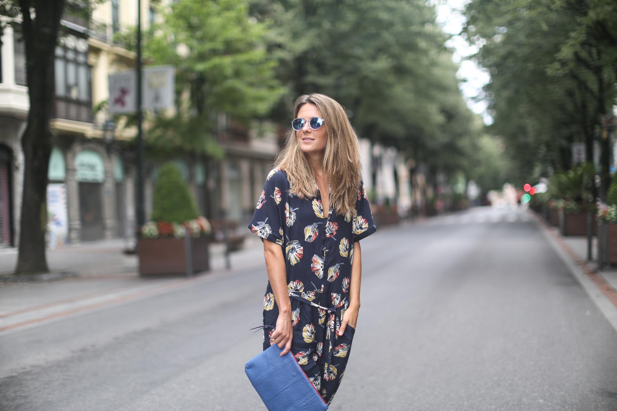 Clochet_streetstyle_zara_floral_jumpsuit_artemisia_leather_clutch-3