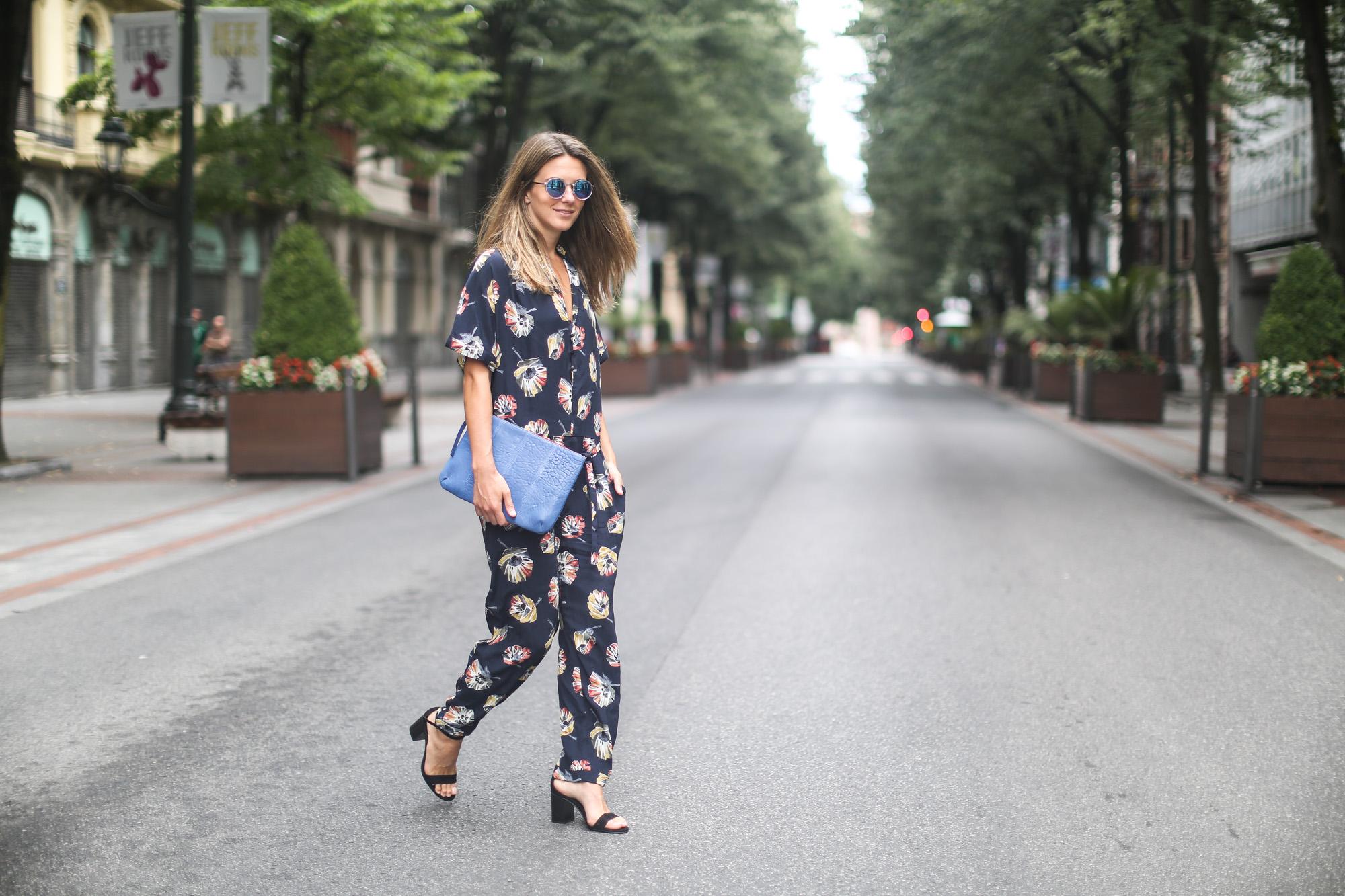 Clochet_streetstyle_zara_floral_jumpsuit_artemisia_leather_clutch-6