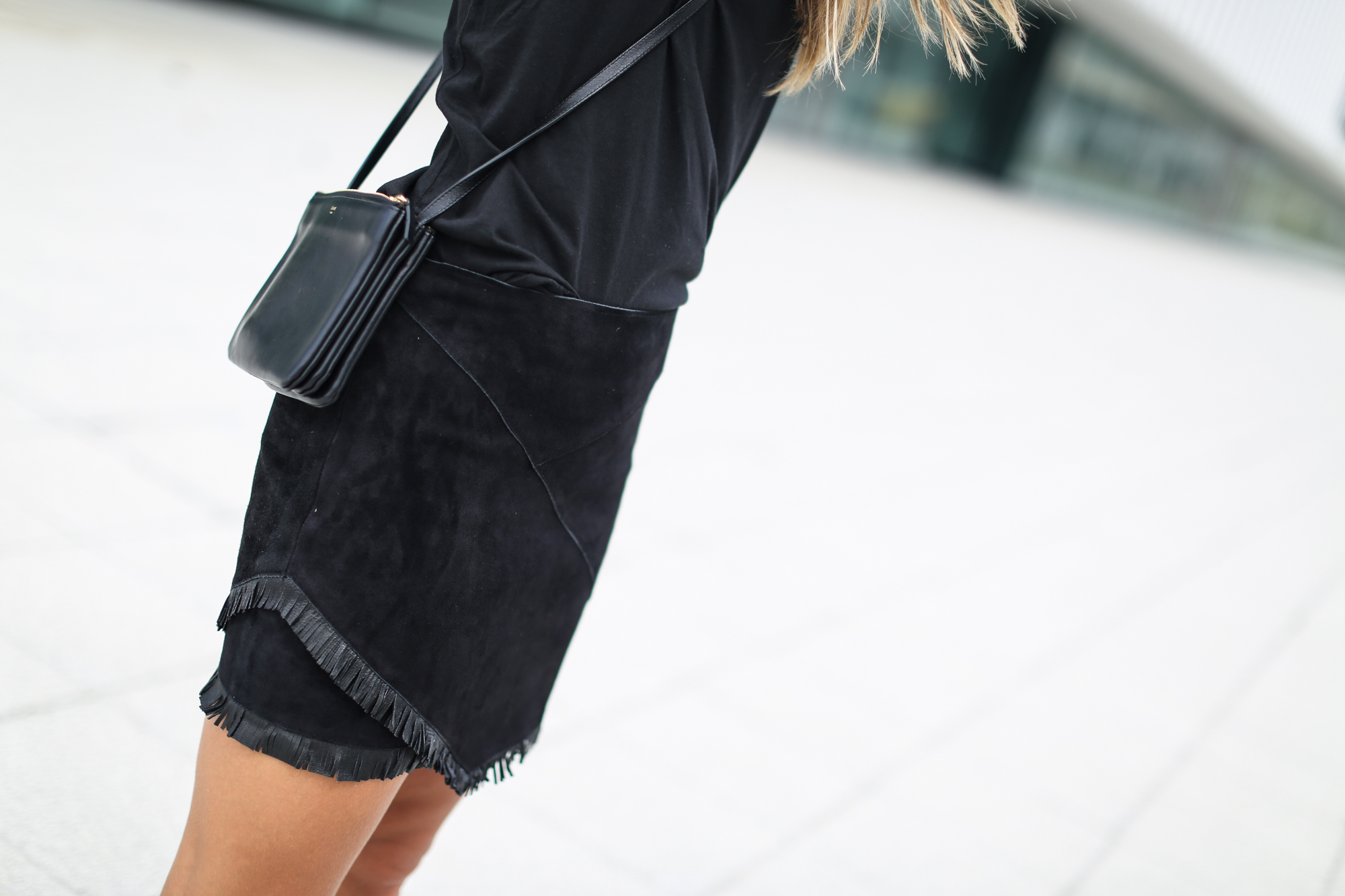 Clochet_streetstyle_maje_suede_fringed_skirt_celine_trio_bag-6