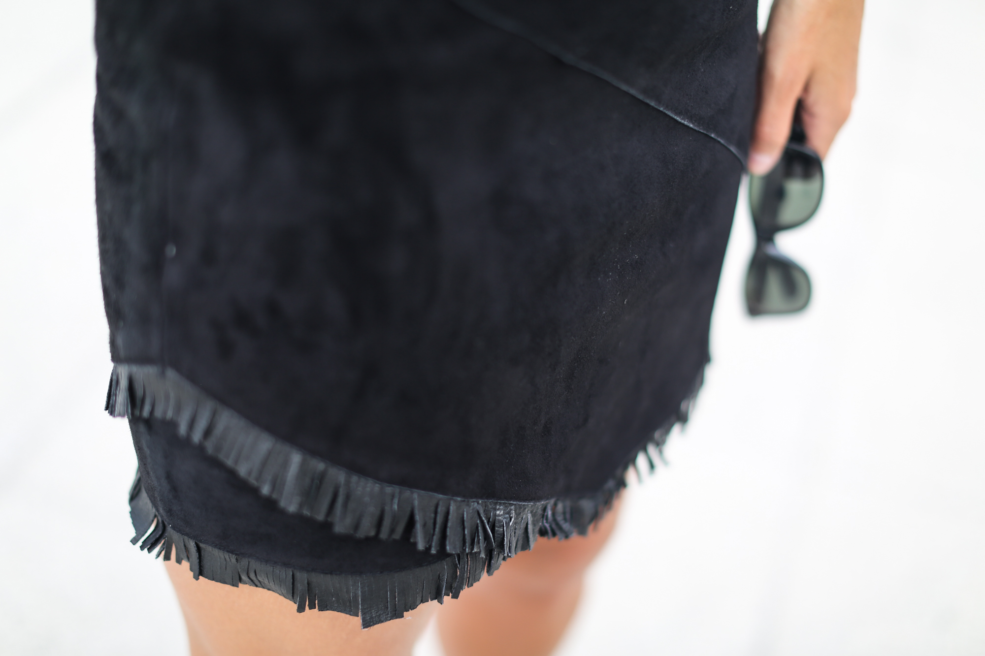 Clochet_streetstyle_maje_suede_fringed_skirt_celine_trio_bag-8