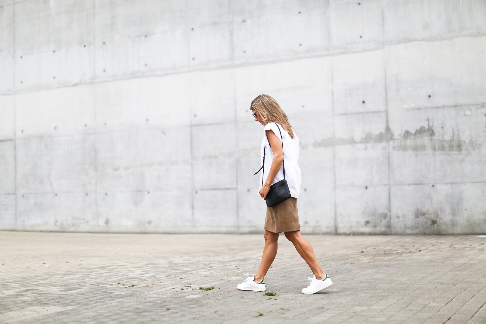 Clochet_suede_skirt_white_shirt_adidas_stan_smith_leztinstreet_celine_trio_bag