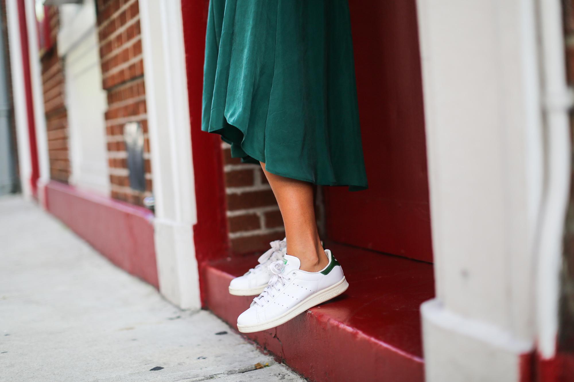 Clochet_streetstyle_newyork_h&m_trend_green_midi_skirt_adidas_stansmith-8