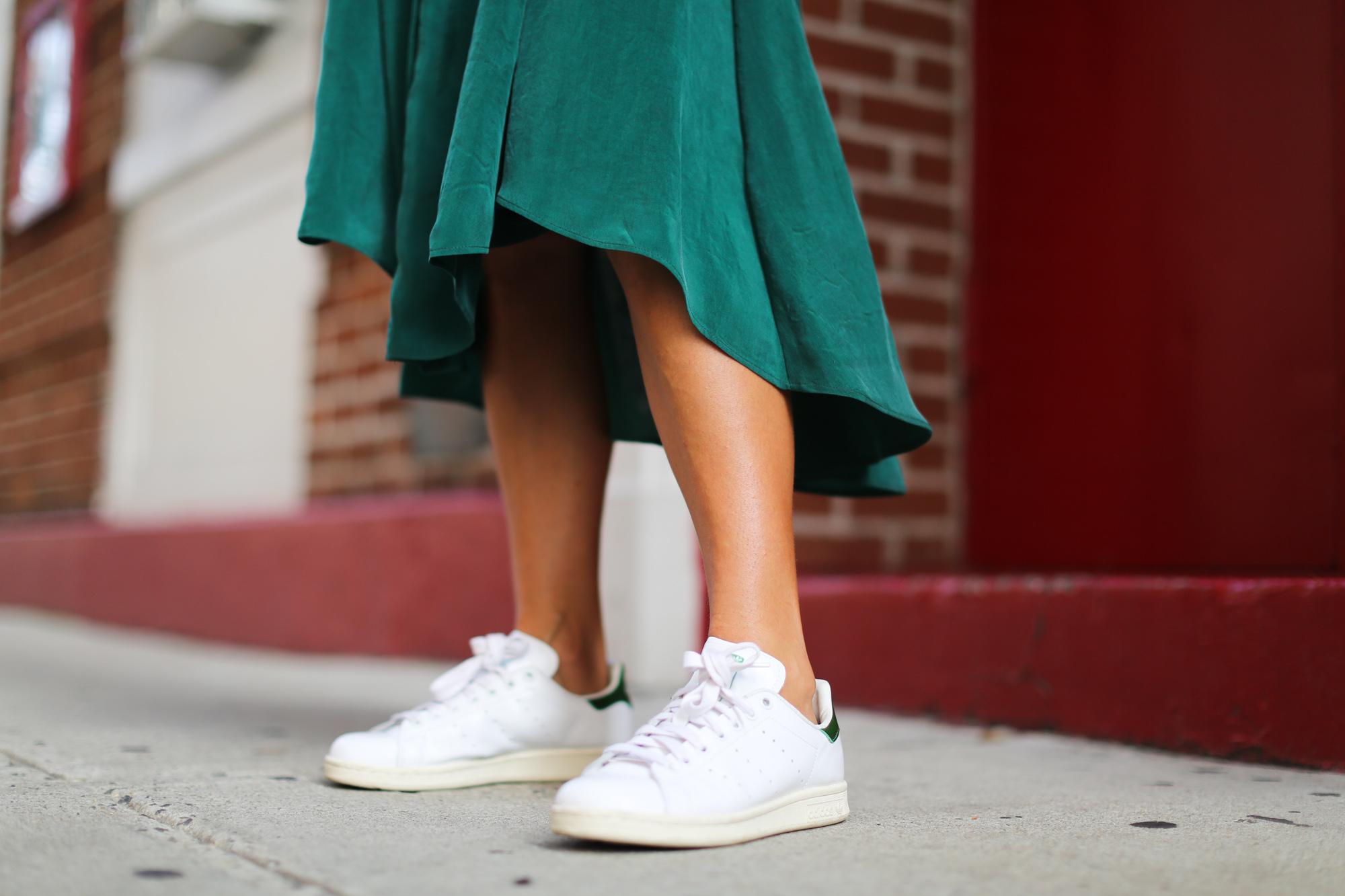 Clochet_streetstyle_newyork_h&m_trend_green_midi_skirt_adidas_stansmith-9