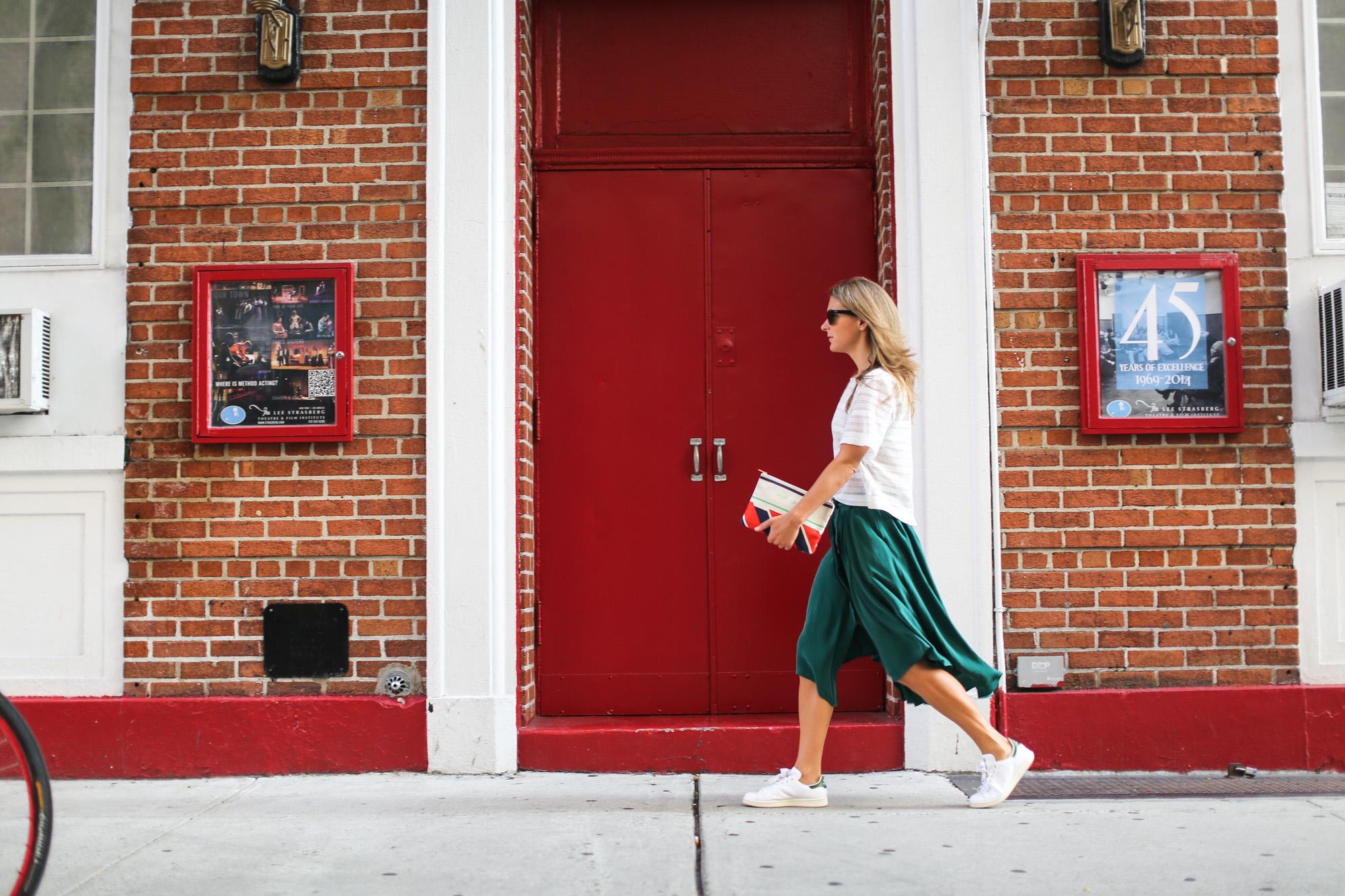 Clochet_streetstyle_newyork_h&m_trend_green_midi_skirt_adidas_stansmith