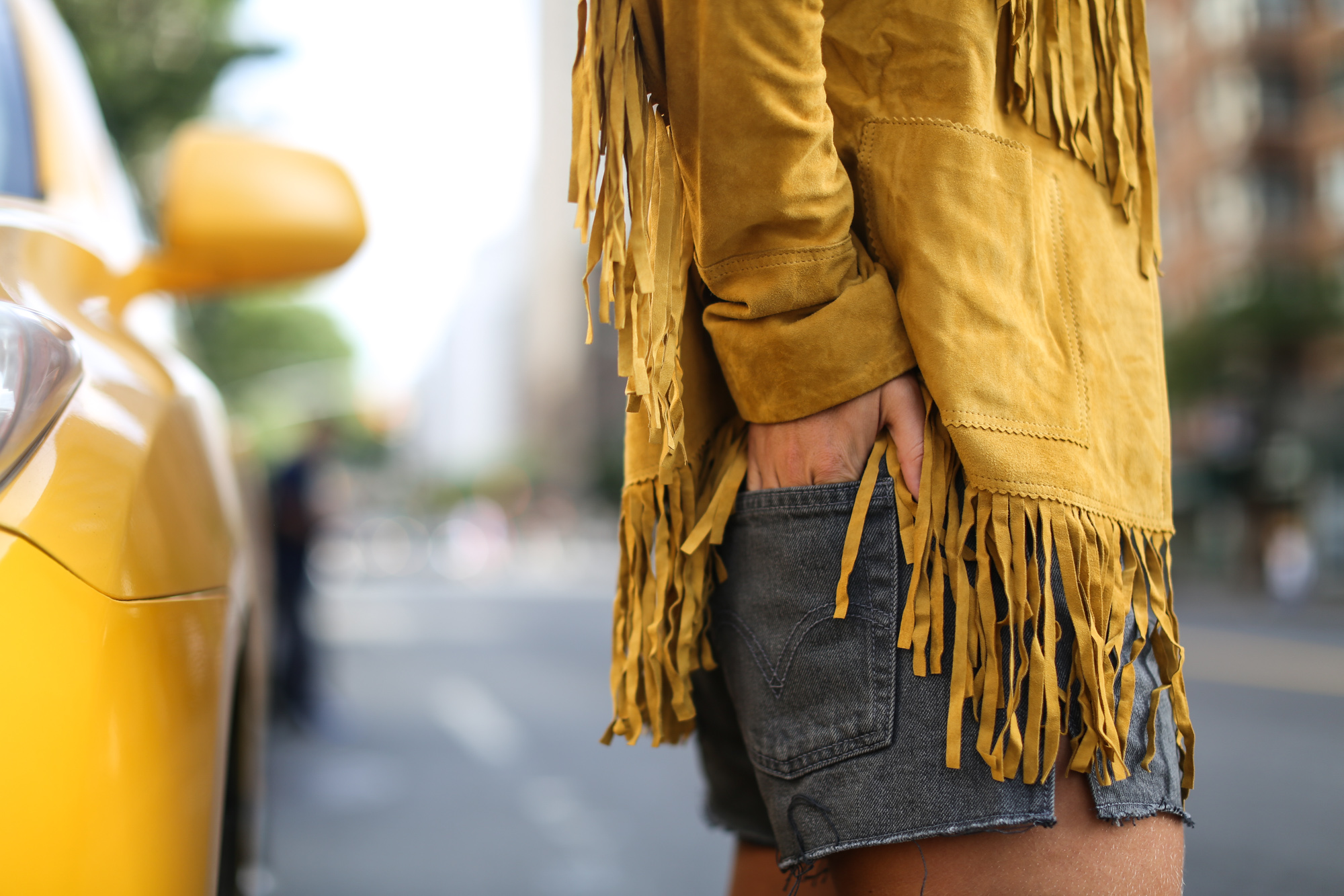 Clochet_streetstyle_suede_fringed_yellow_jacket_levis_501-4