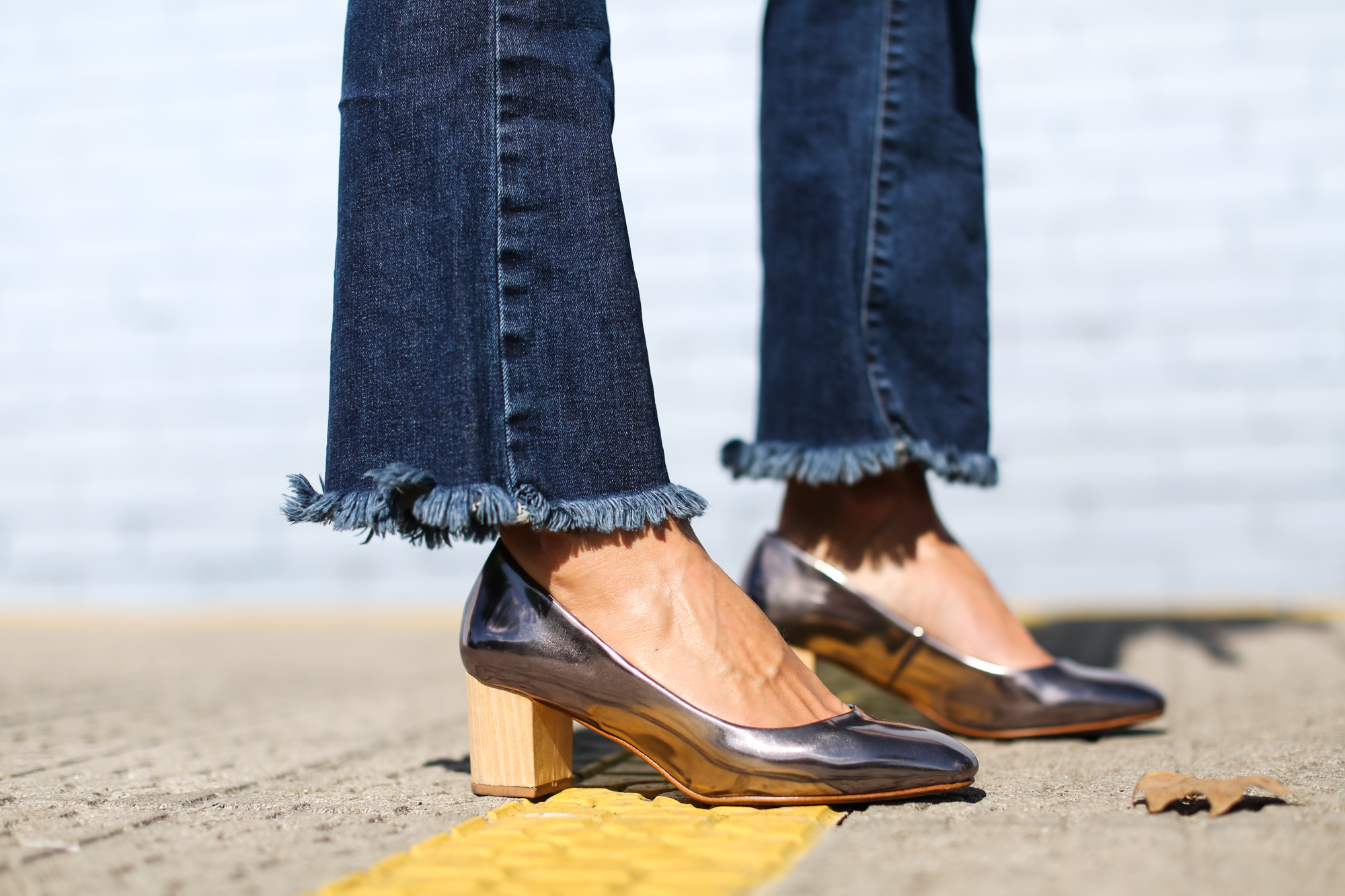 Clochet_Streetstyle_cropped_flare_jeans_isabel_marant_silk_shirt_granny_shoes-12