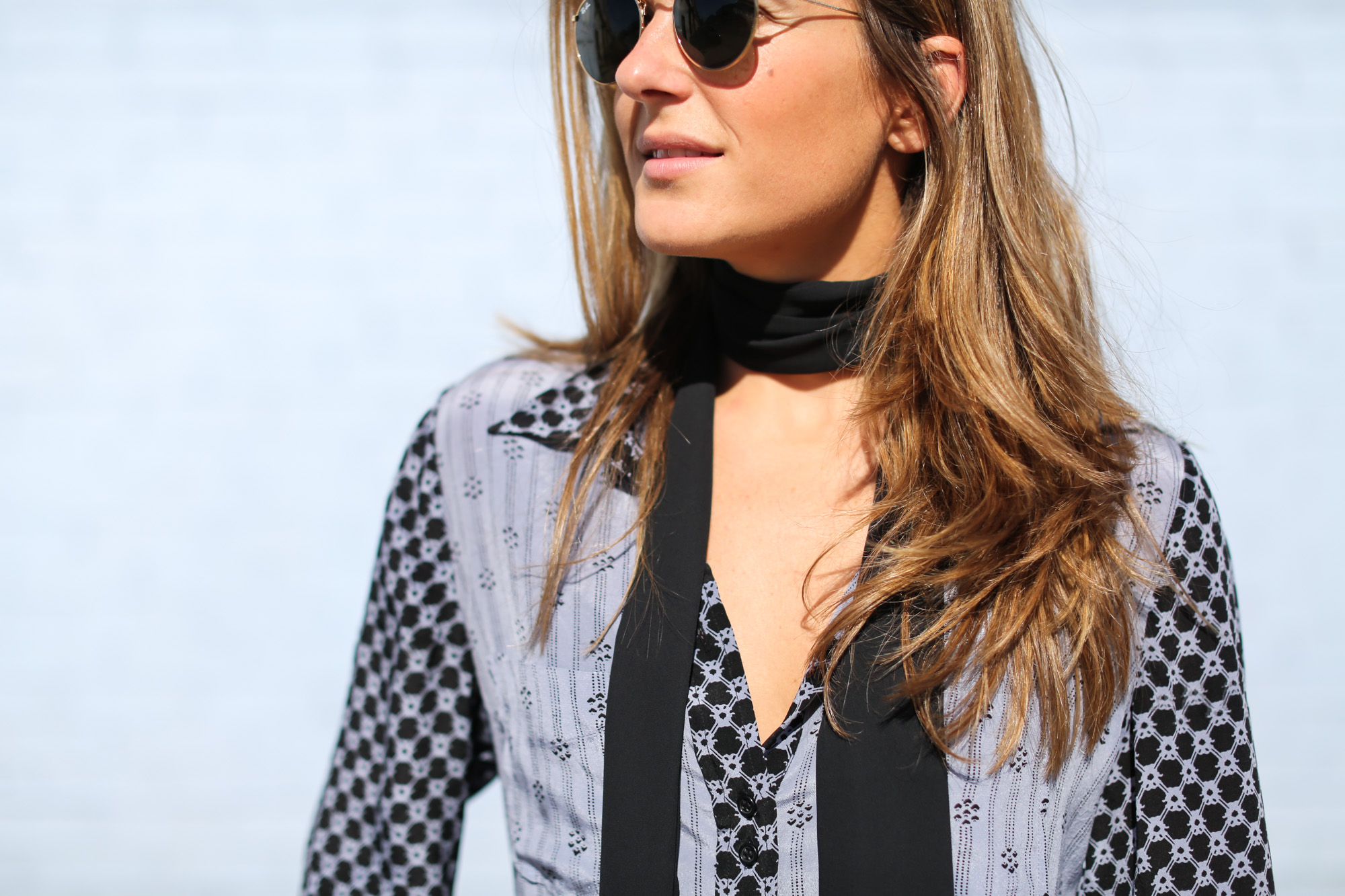 Clochet_Streetstyle_cropped_flare_jeans_isabel_marant_silk_shirt_granny_shoes-9