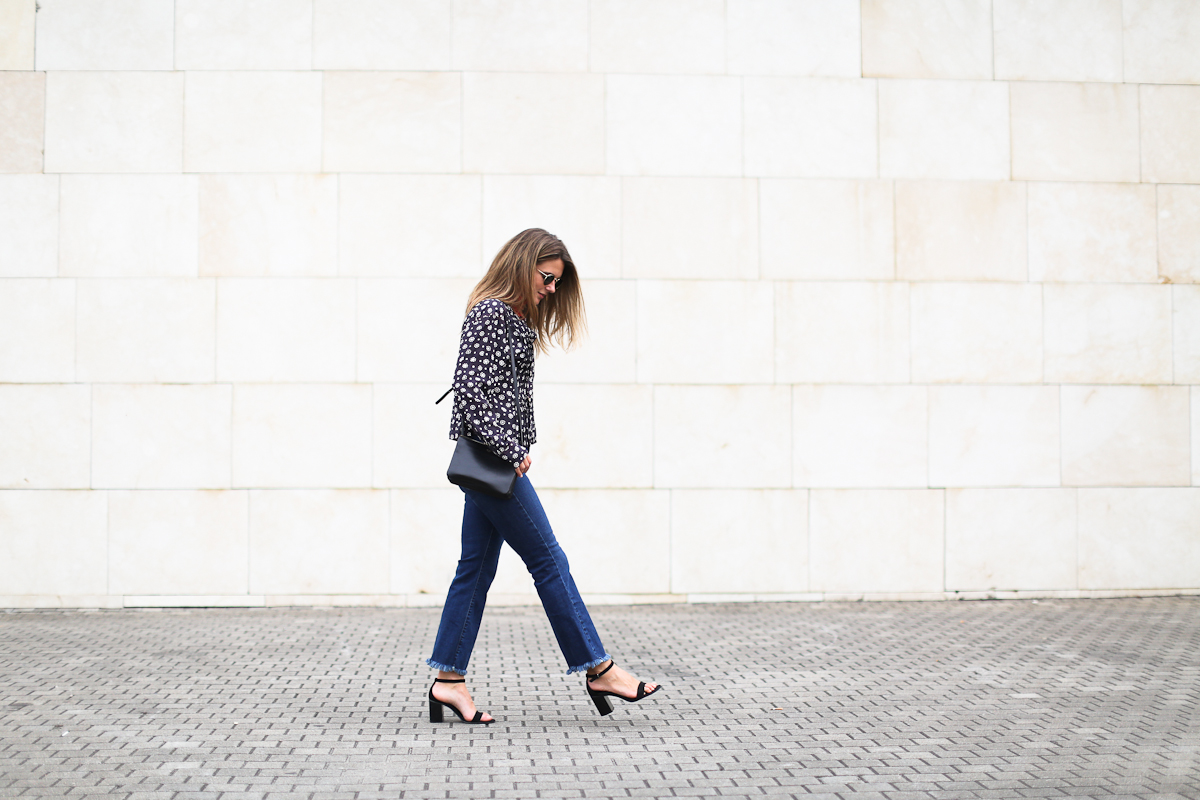 Clochet_streetstyle_isabel_marant_etoile_shirt_cropped_flared_jeans_celine_Trio_bag
