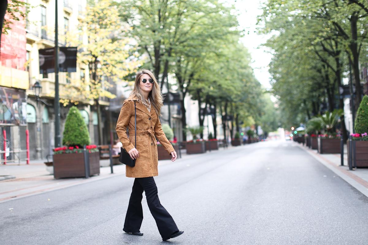 Clochet_streetstyle_suiteblanco_suede_trench_coat_denim_flared_jeans-4