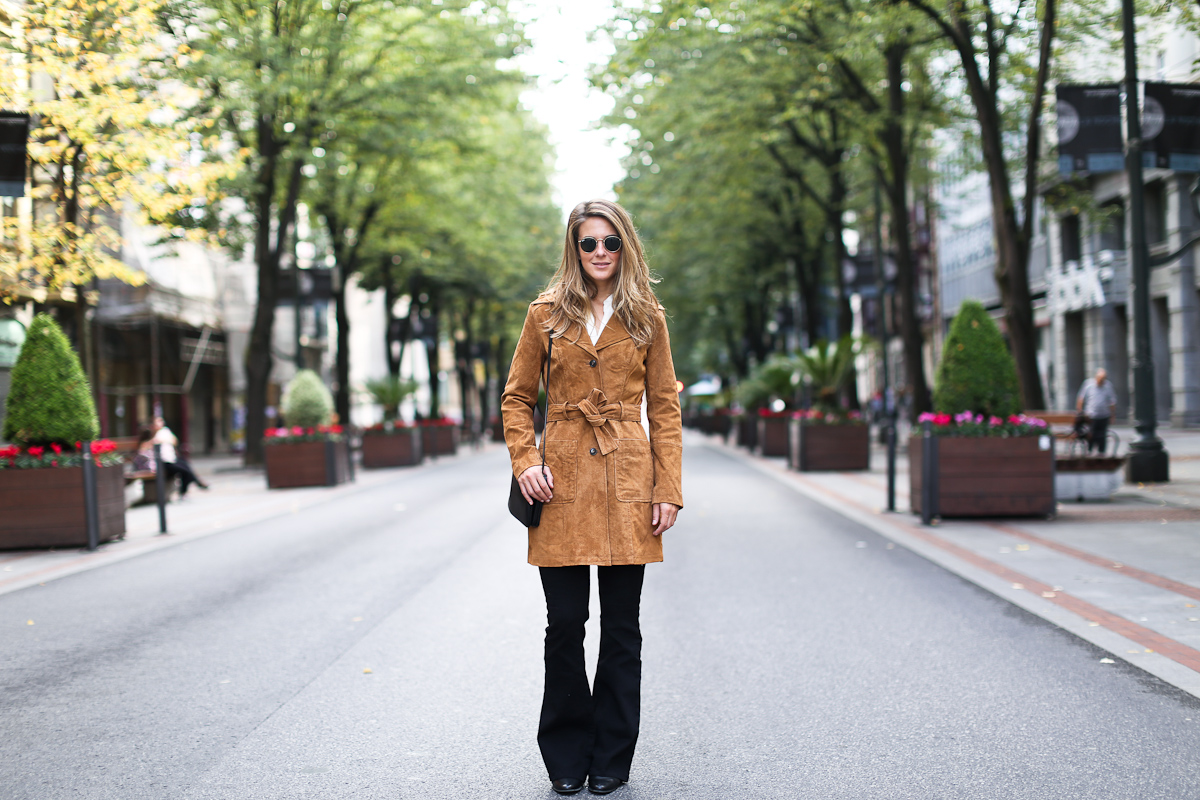 Clochet_streetstyle_suiteblanco_suede_trench_coat_denim_flared_jeans-5