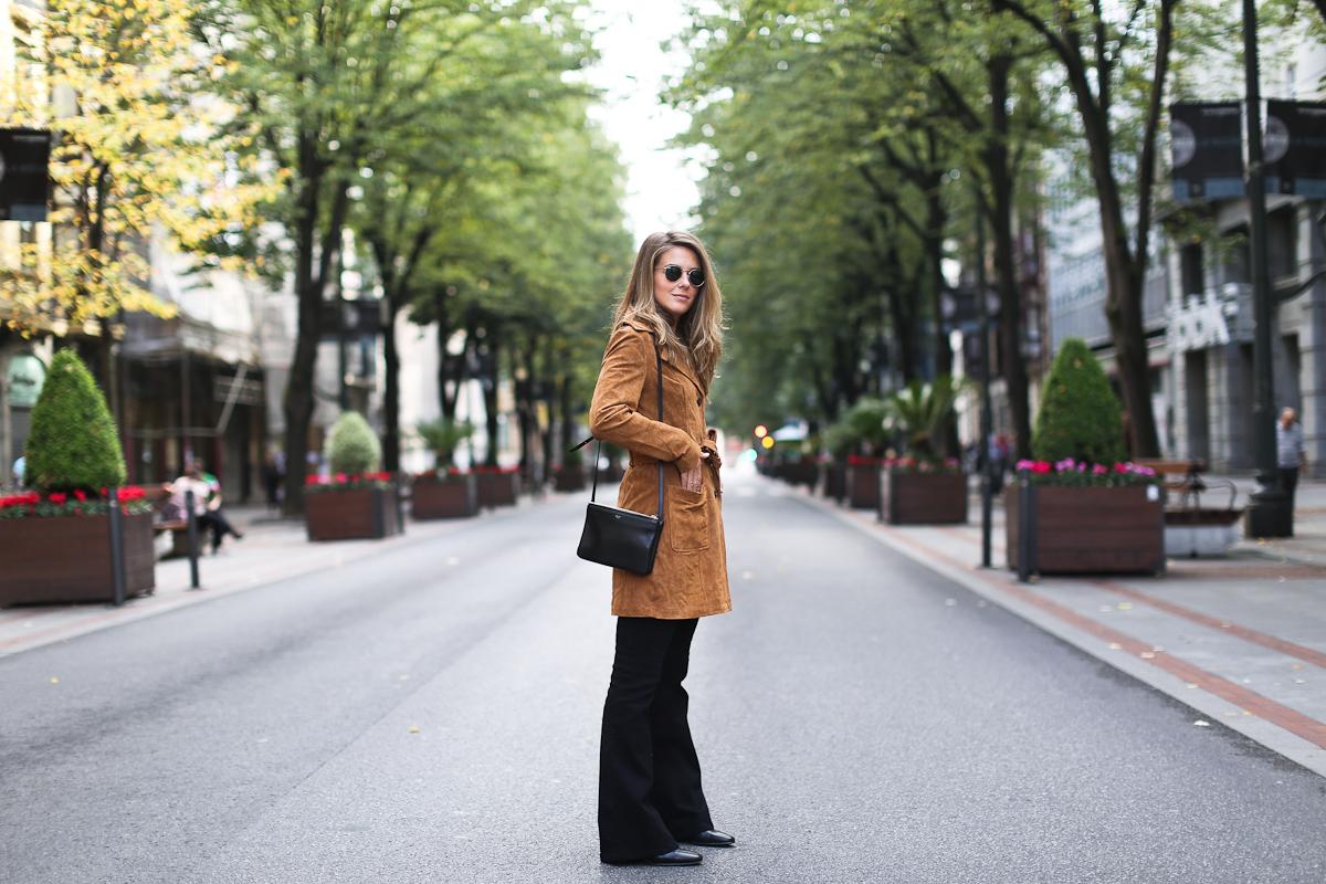 Clochet_streetstyle_suiteblanco_suede_trench_coat_denim_flared_jeans-6