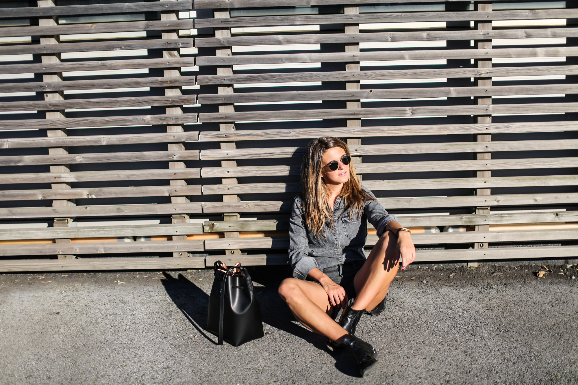 Clochet_streetstyle_levis_501_shorts_mansurgavriel_bucket_bag_larssonjennings_saxon_wathc-7