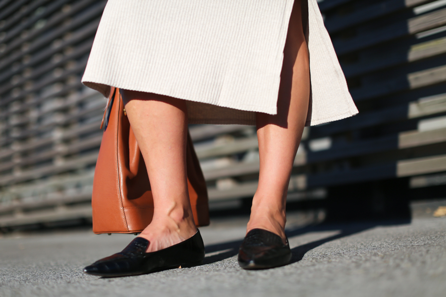 Clochet_streetstyle_mango_beige_knit_long_dress_bucket_leather_bag-9