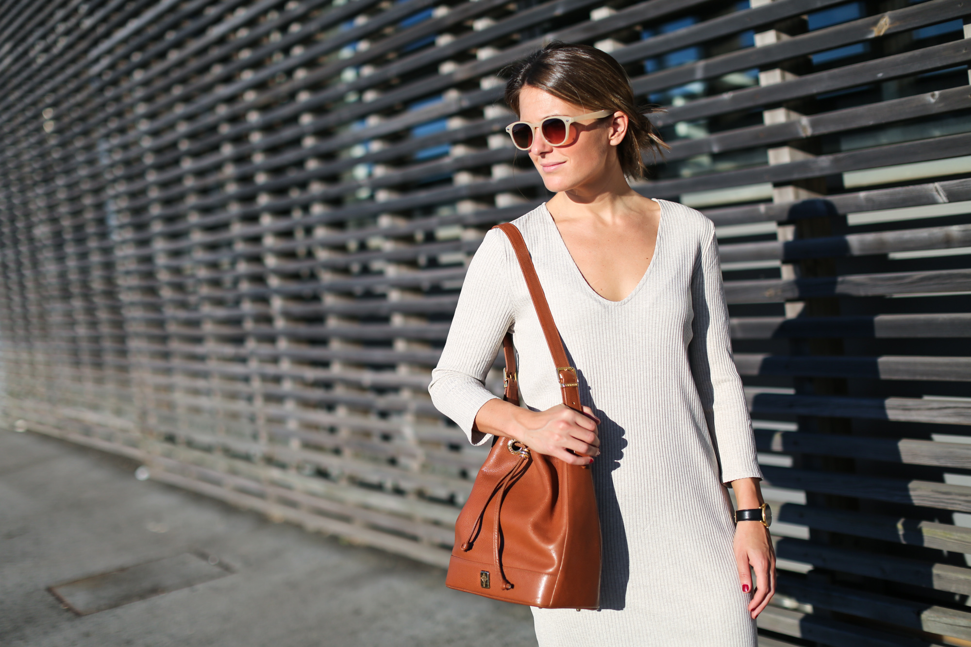Clochet_streetstyle_mango_beige_knit_long_dress_bucket_leather_bag