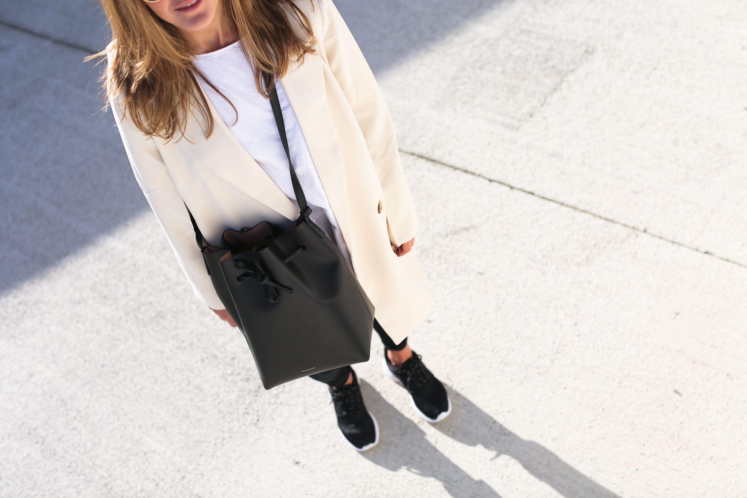 Clochet_streetstyle_chicwish_long_white_blazer_nike_roshe_one_leztinstreet_mansur_gavriel_bucket_bag-8
