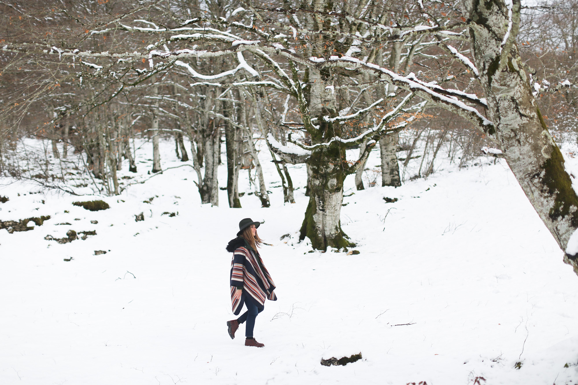 clochet_streetstyle_l'americaine_Andco_wool_poncho_panamajack_boots_snow-4