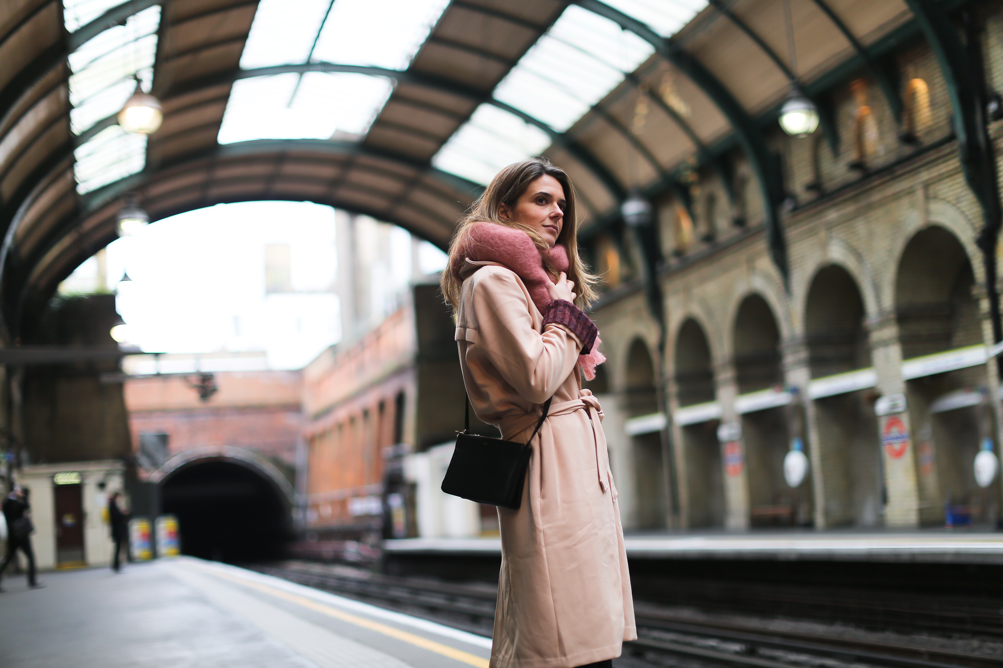 Clochet_streetstyle_blanco_nude_trench_goldengoose_superstar_sneakers_london_celinetriobag-6
