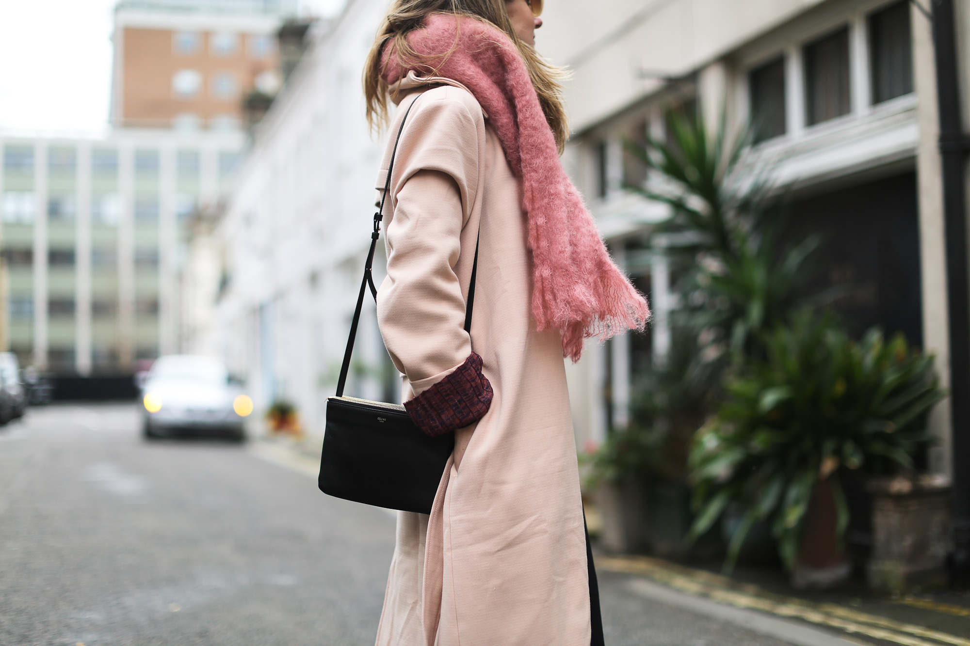 Clochet_streetstyle_blanco_nude_trench_goldengoose_superstar_sneakers_london_celinetriobag-8