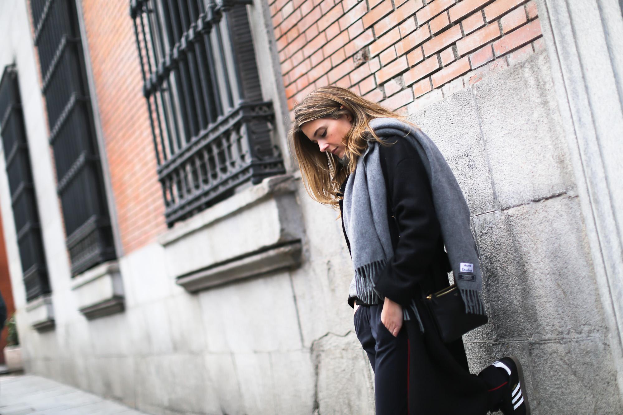 Clochet_streetstyle_cos_wool_long_coat_maje_panta_adidas_samba-14