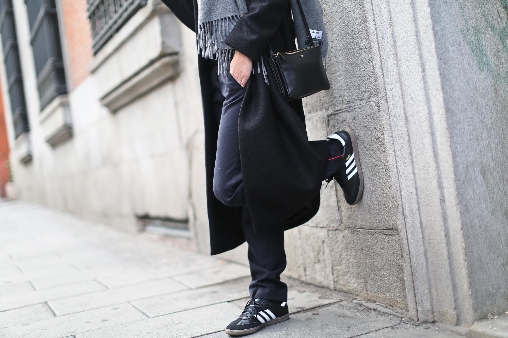 Clochet_streetstyle_cos_wool_long_coat_maje_panta_adidas_samba-15