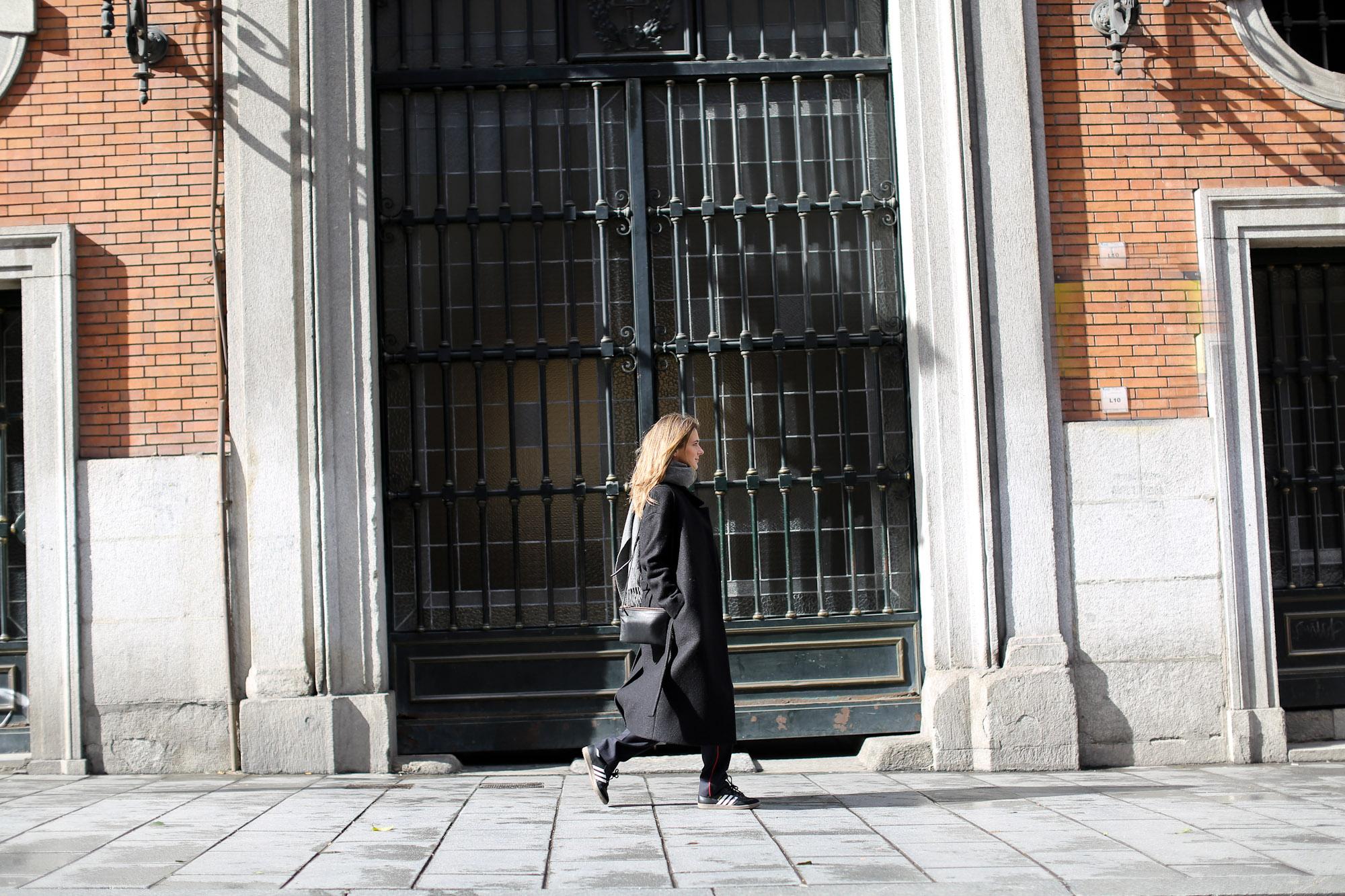 Clochet_streetstyle_cos_wool_long_coat_maje_panta_adidas_samba-4