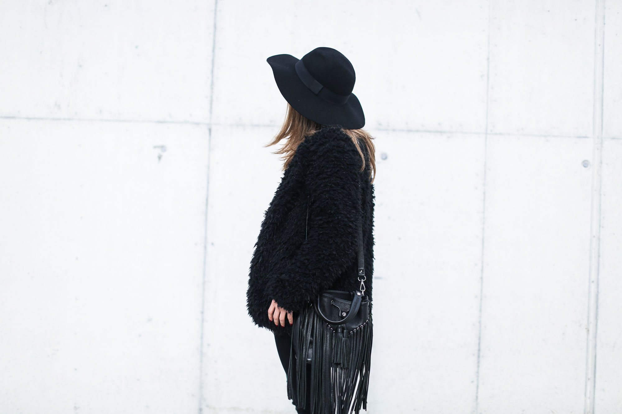 clochet_streetstyle_Billabong_Christmas_collection_furry_coat-15