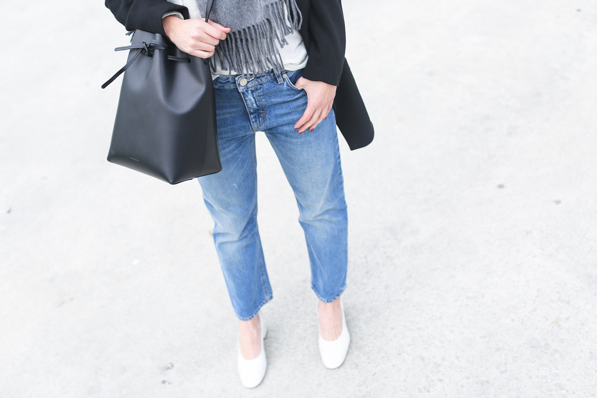 clochet_streetstyle_acnestudios_pop_jeans_mansurgavriel_bucket_bag_granny_shoes-14