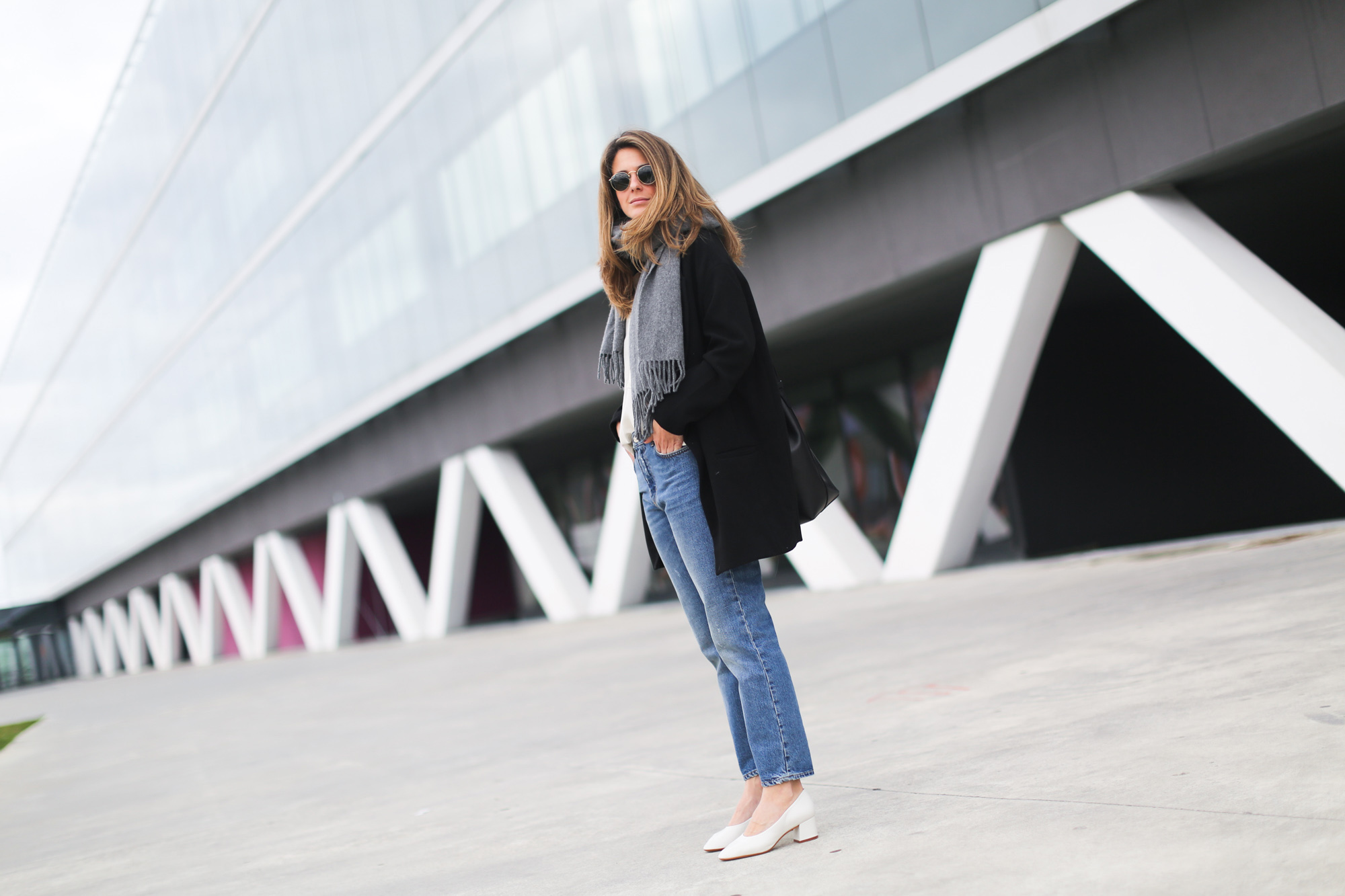 clochet_streetstyle_acnestudios_pop_jeans_mansurgavriel_bucket_bag_granny_shoes-2