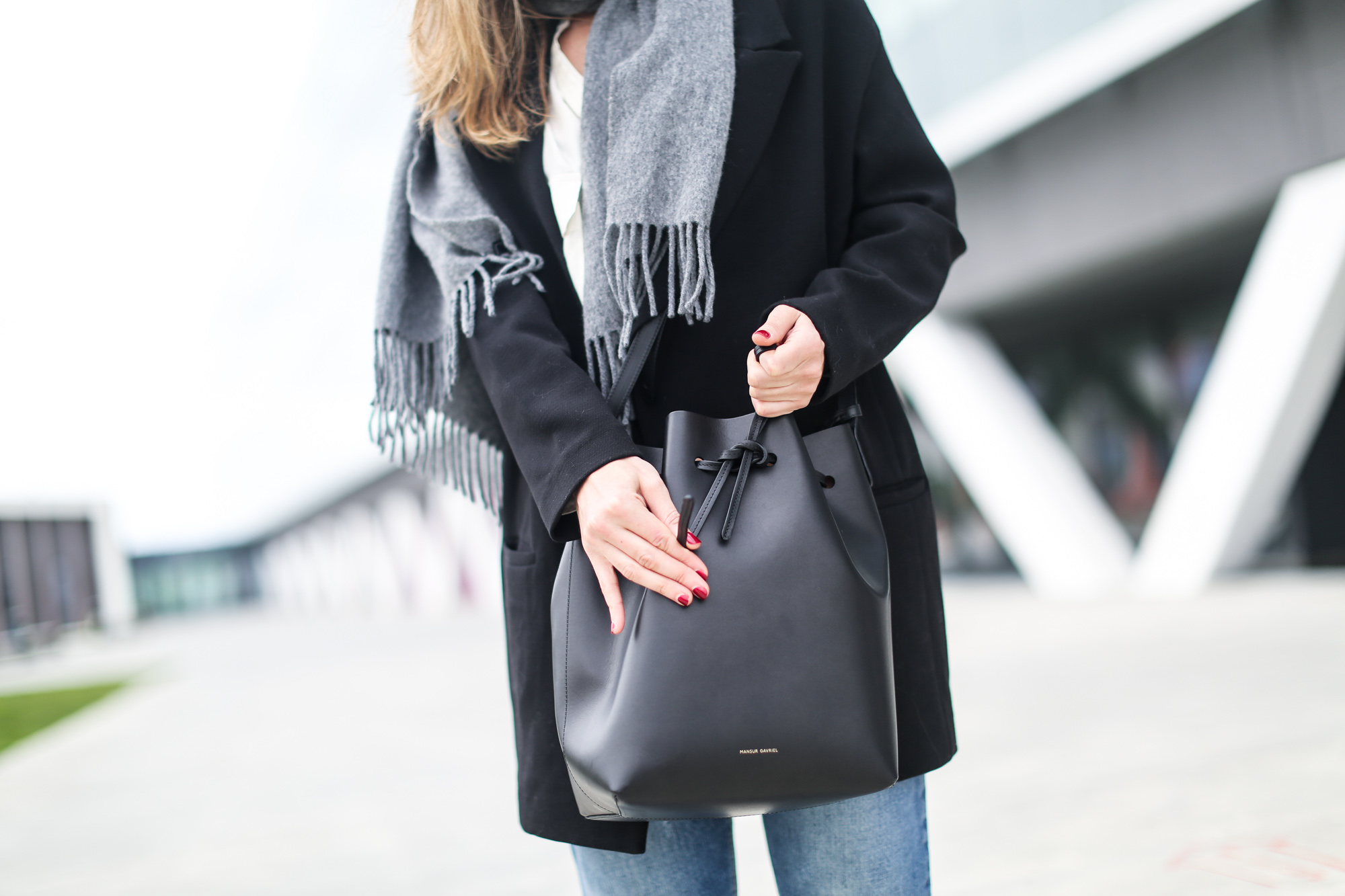 clochet_streetstyle_acnestudios_pop_jeans_mansurgavriel_bucket_bag_granny_shoes-9