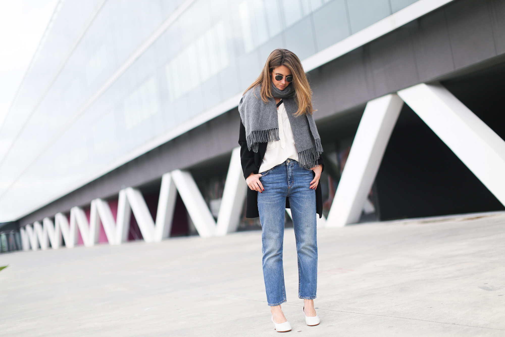 clochet_streetstyle_acnestudios_pop_jeans_mansurgavriel_bucket_bag_granny_shoes