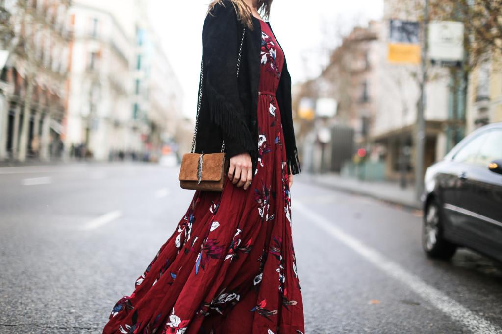 clochet_streetstyle_chicwish_long_red_ethnic_dress_maje_suede_fringed_jacket_madrid-15
