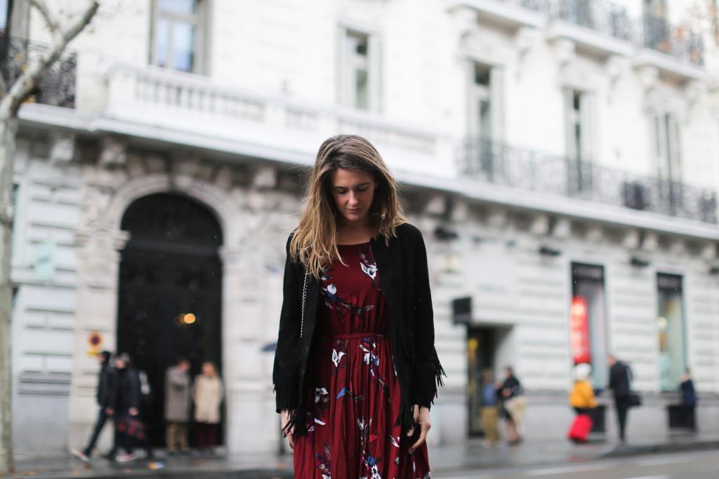 clochet_streetstyle_chicwish_long_red_ethnic_dress_maje_suede_fringed_jacket_madrid-17