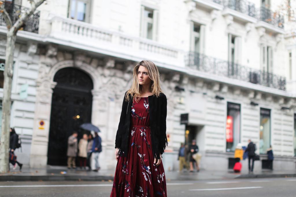clochet_streetstyle_chicwish_long_red_ethnic_dress_maje_suede_fringed_jacket_madrid-18