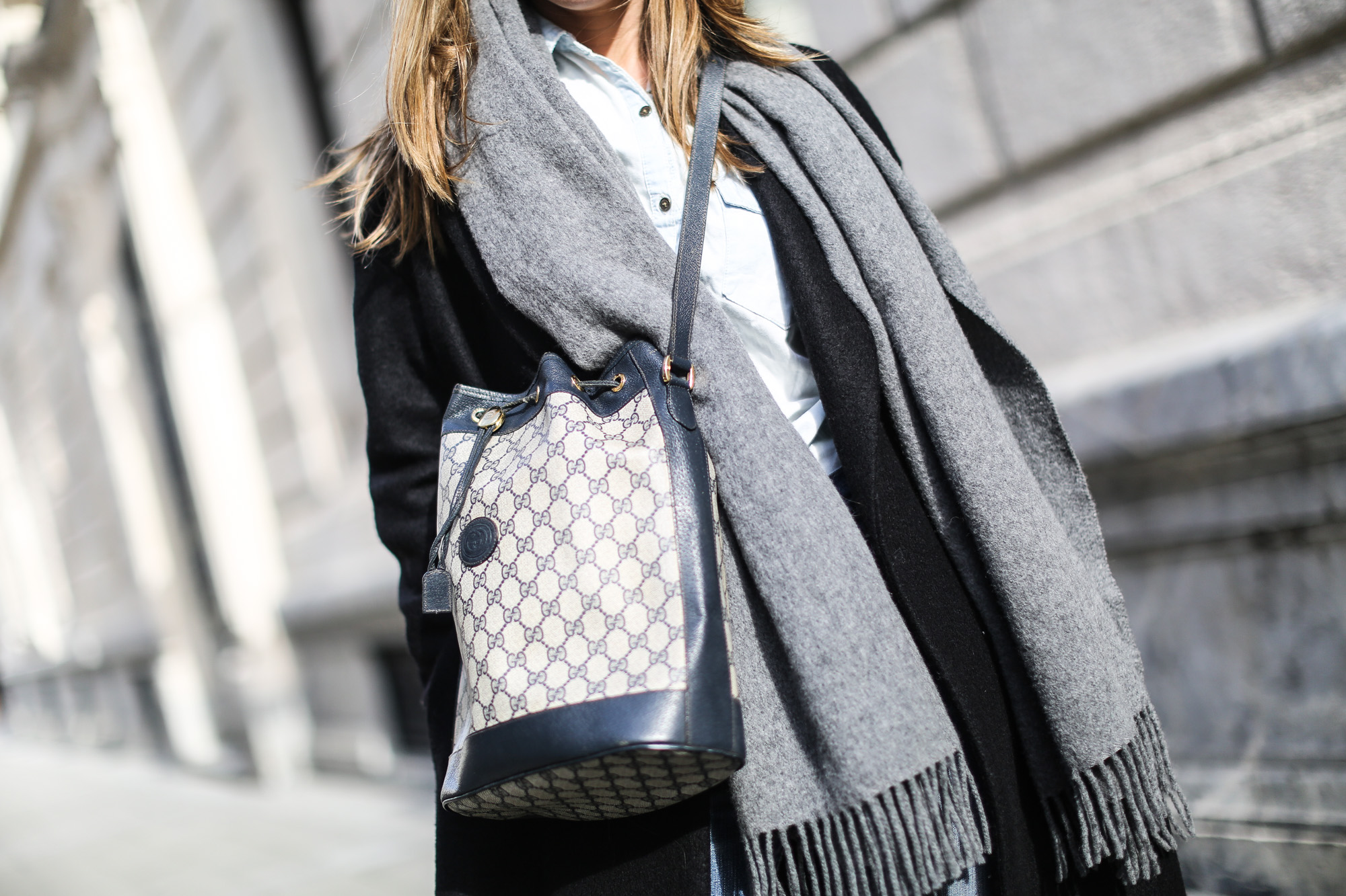 clochet_streetstyle_gucci_bucket_bag_levis_501_vintage_cos_long_coat-10