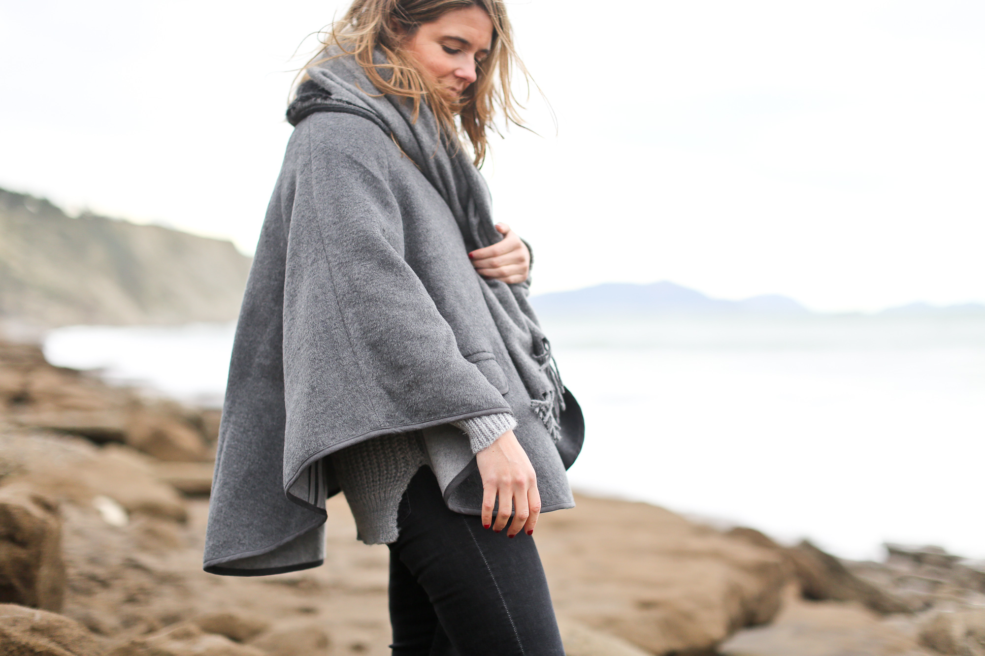Clochet_streetstyle_chicwish_grey_chunkyknit_acnestudios_canada_scarf_wool_cape_pertini_boots-11