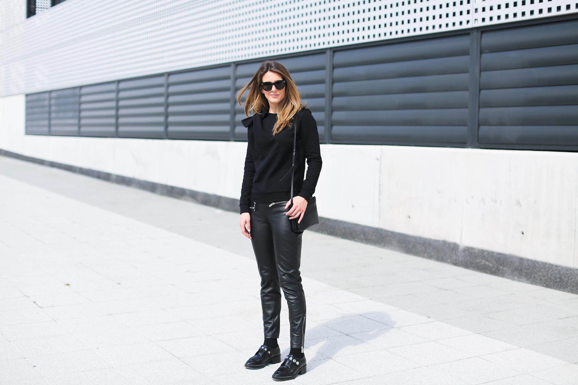 Clochet_streetstyle_pantalones_piel_suiteblanco_zapatos_planos_sandro-10