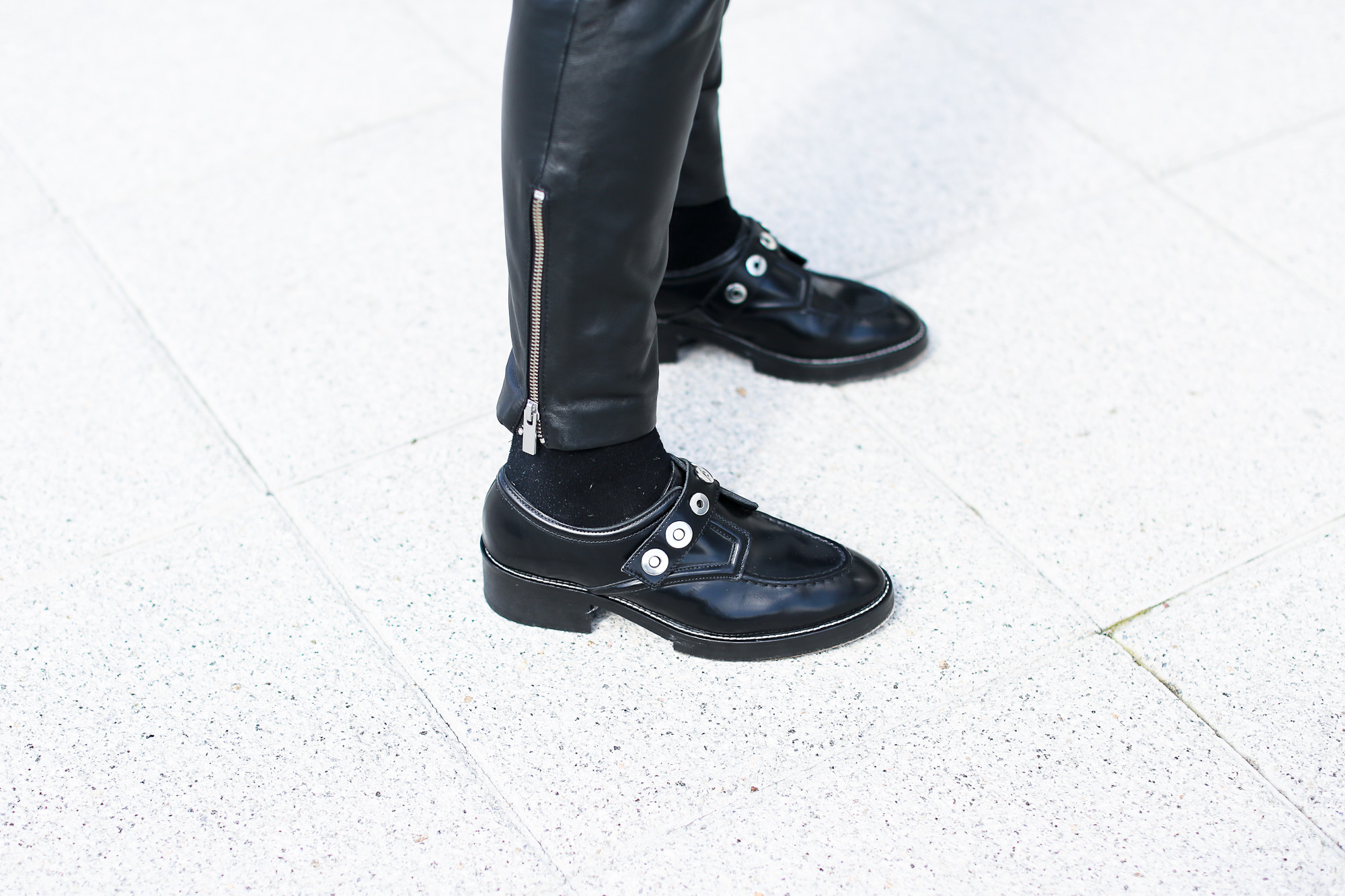 Clochet_streetstyle_pantalones_piel_suiteblanco_zapatos_planos_sandro-12