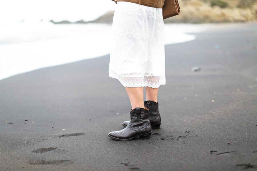 clochet_streetstyle_white_boho_midi_dress_cowboy_phyton_boots-12