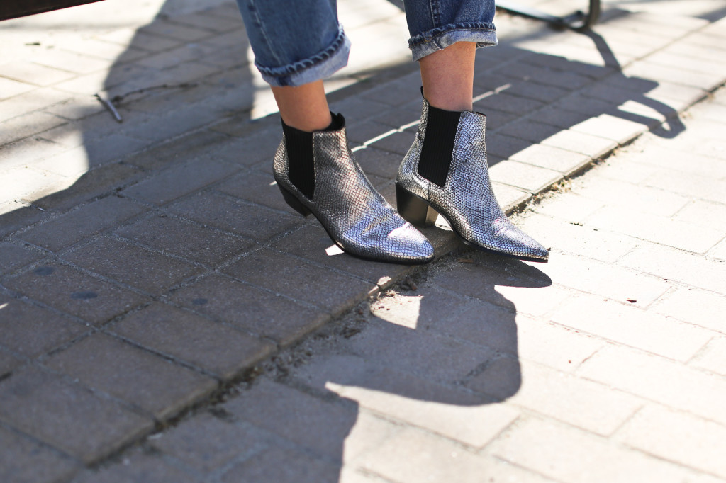 Clochet_streetstyle_maje_silver_phyton_ankle_boots_blanco_silver_bomber-6
