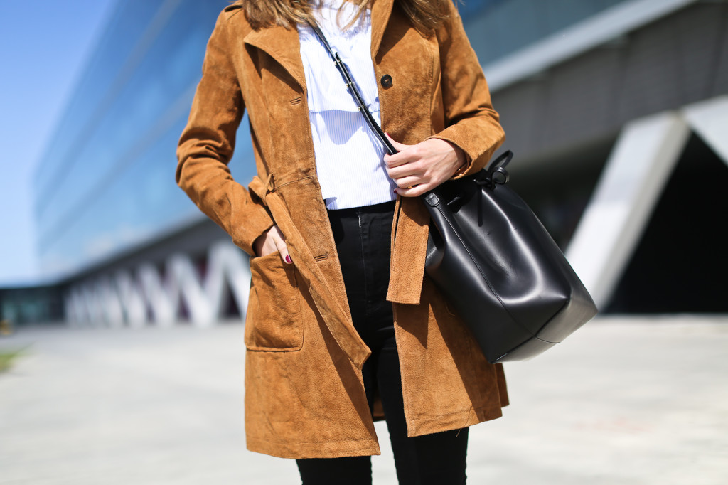 Clochet_blanco_suedetrenchcoat_adidas_stansmith_leztinstreet_mansurgavriel_bucketbag-3