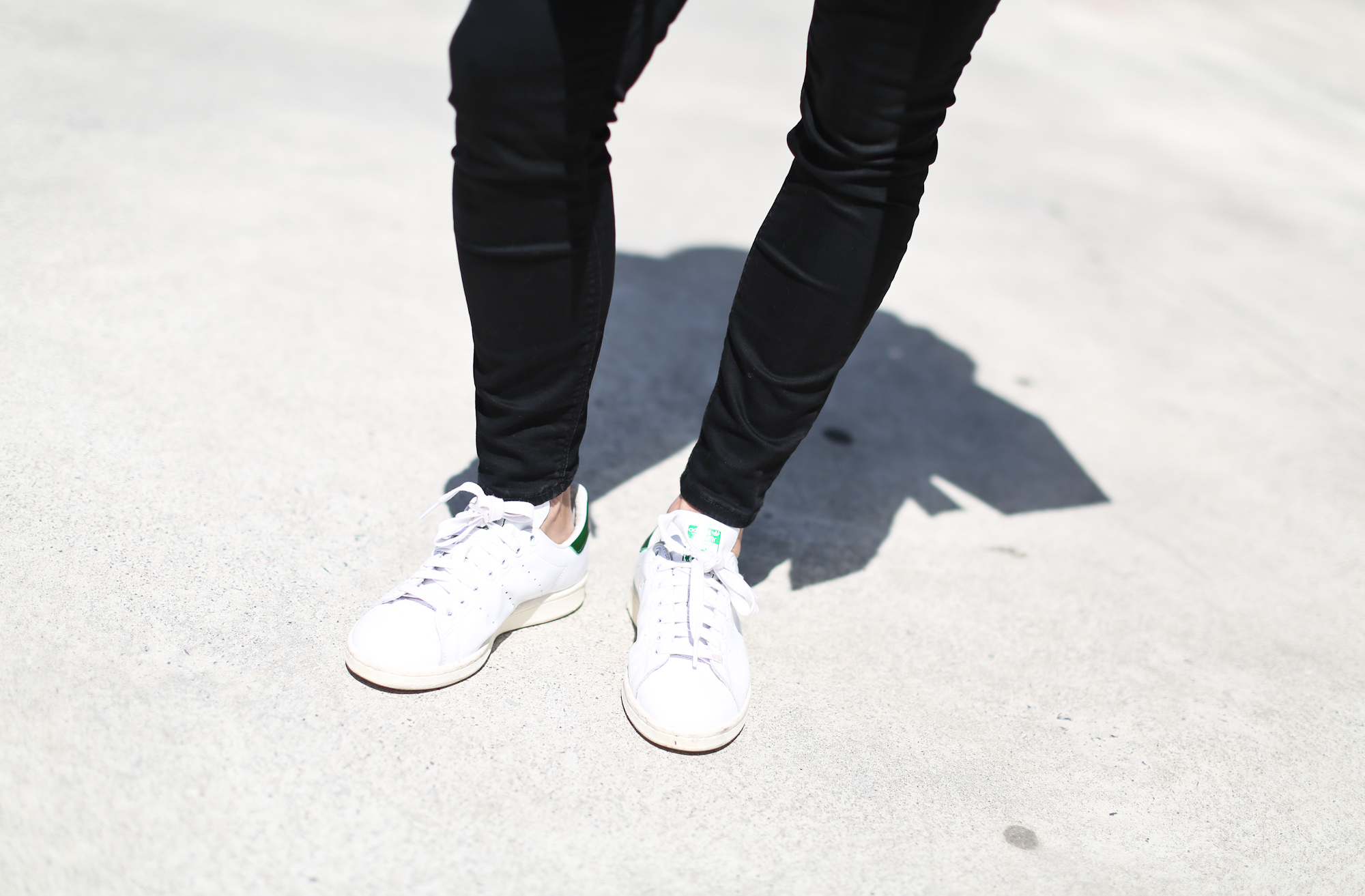 Clochet_blanco_suedetrenchcoat_adidas_stansmith_leztinstreet_mansurgavriel_bucketbag-5