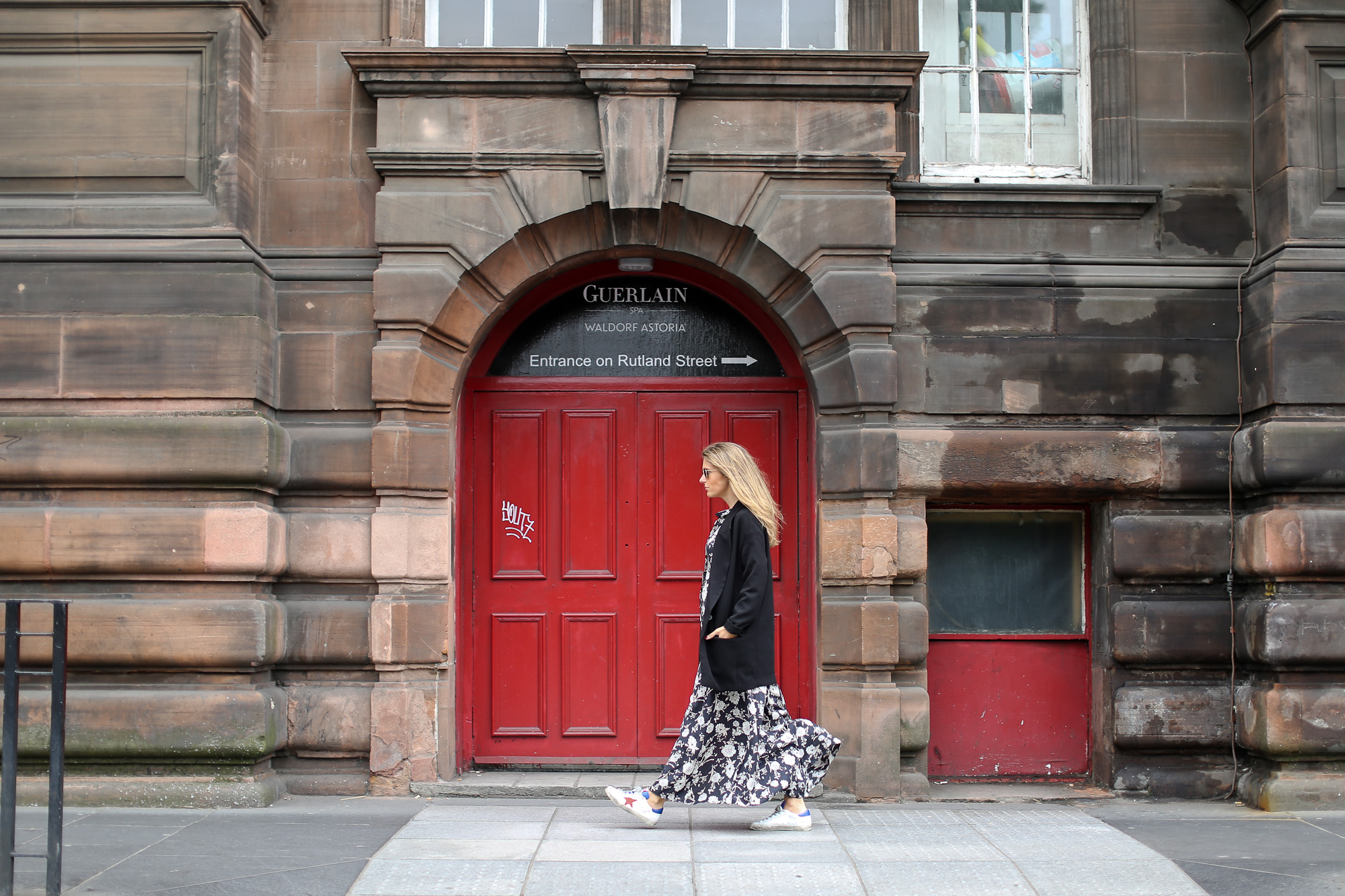 Clochet_streetstyle_edinburgh_igerswindtrip_escociamola_zaralongflowerprintdress_goldengoosedeluxe_sneakers-2