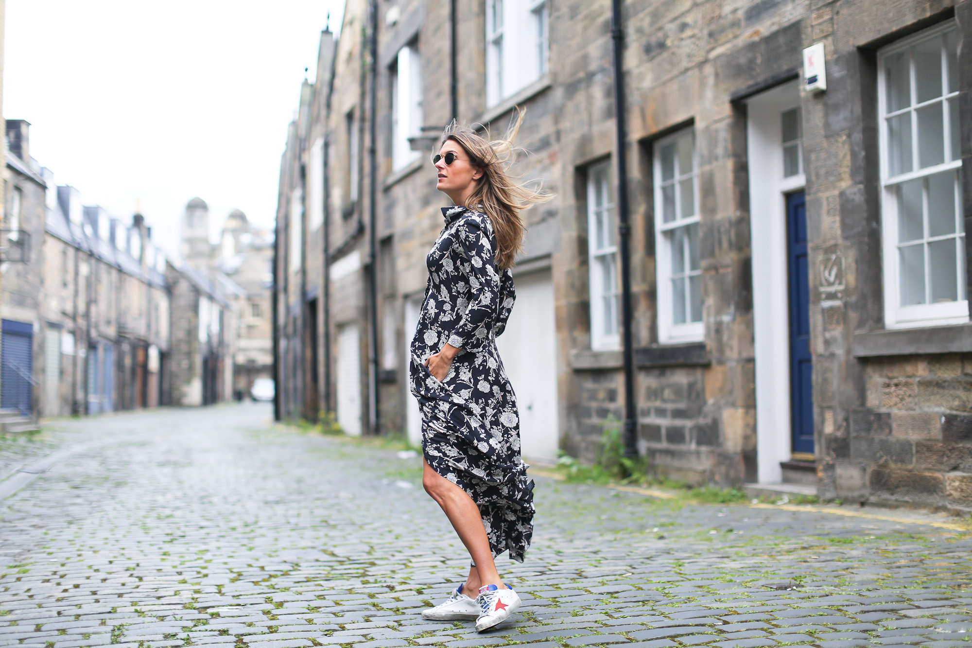 Clochet_streetstyle_edinburgh_igerswindtrip_escociamola_zaralongflowerprintdress_goldengoosedeluxe_sneakers-4