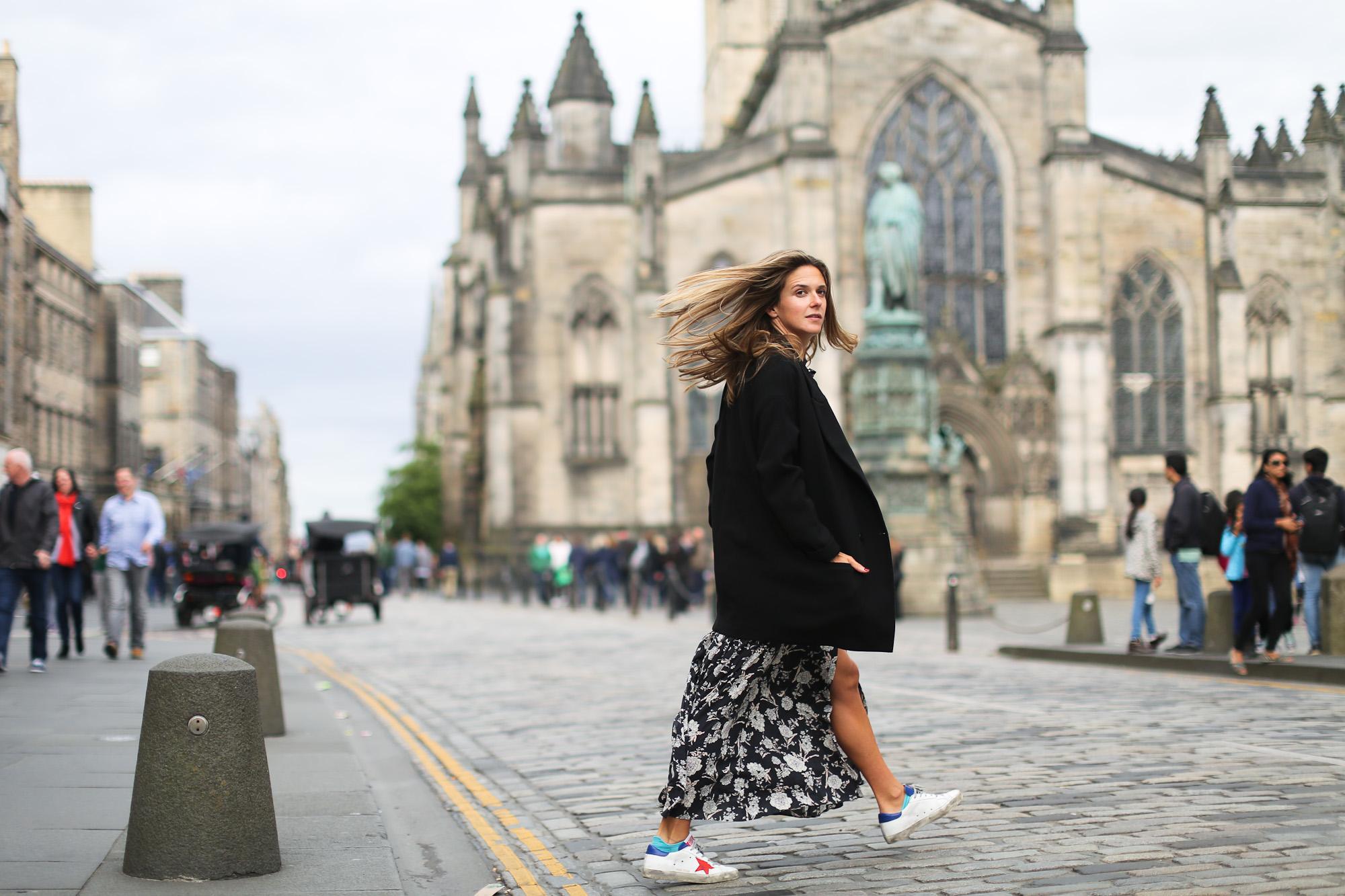 Clochet_streetstyle_edinburgh_igerswindtrip_escociamola_zaralongflowerprintdress_goldengoosedeluxe_sneakers