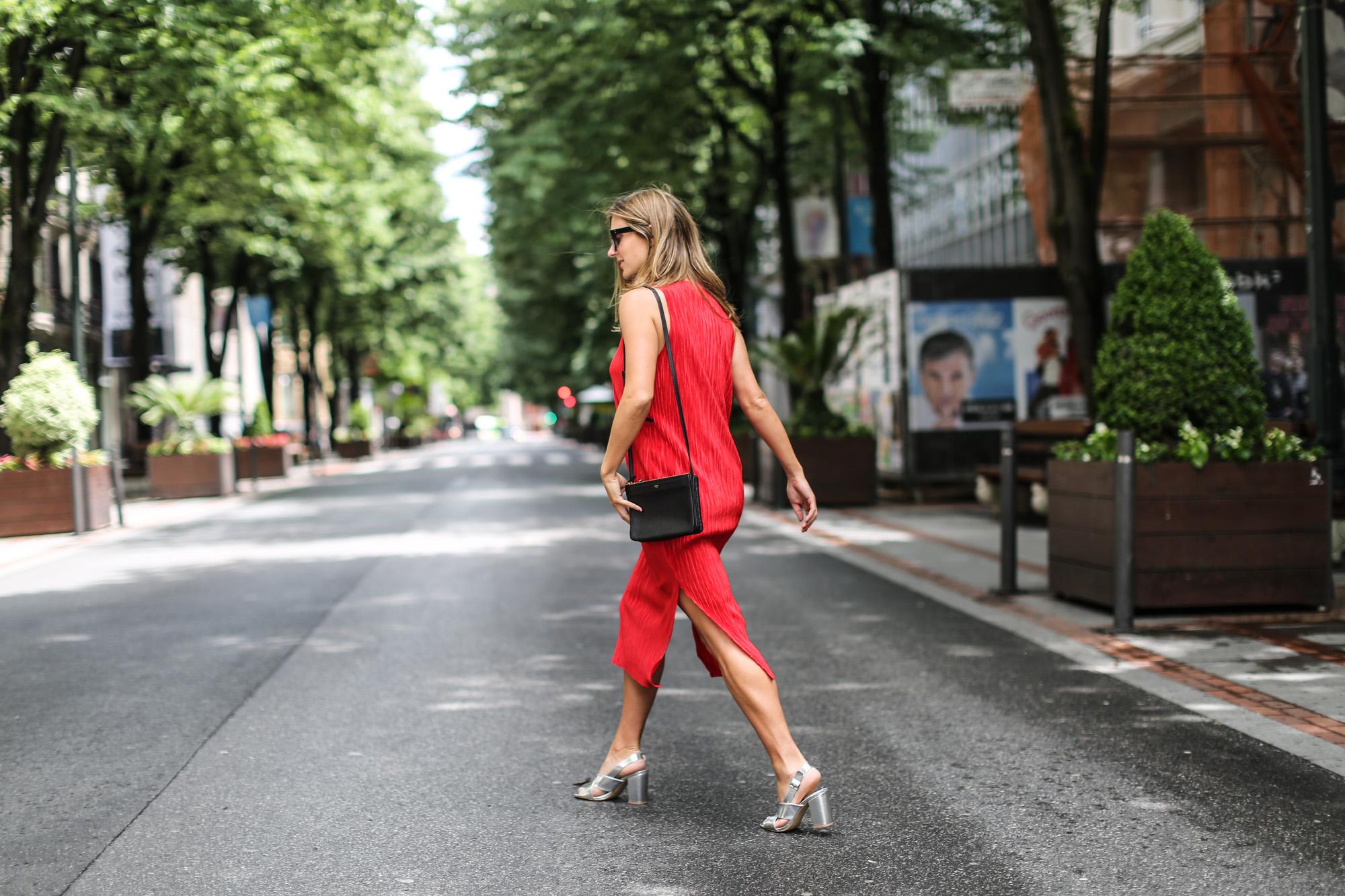 clochet_streetstyle_h&mtrend_redmididress_celinetriobag-7